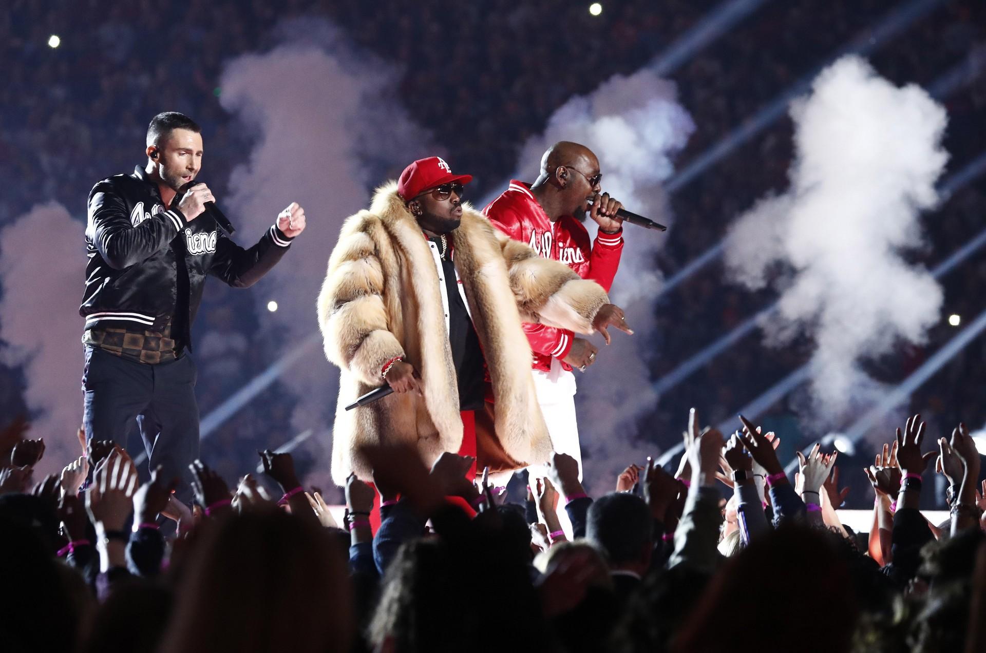 El rapero Big Boi, Adam Levine de Maroon 5 y Sleppy Brown durante el medio tiempo.