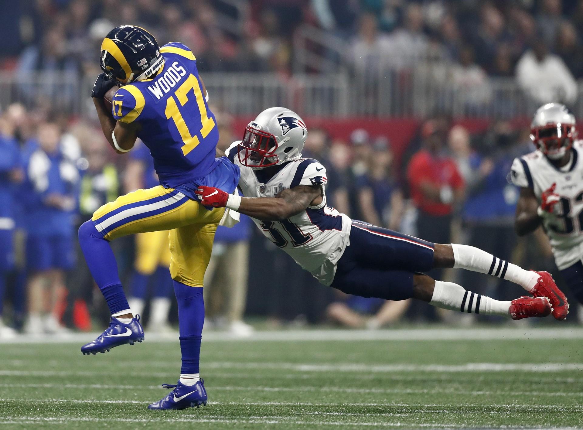 El receptor Robert Woods de Los Angeles Rams se lanza en una atrapada mientras el defensa de los New England Patriots, Jonathan Jones , defiende durante la segunda mitad del Super Bowl.