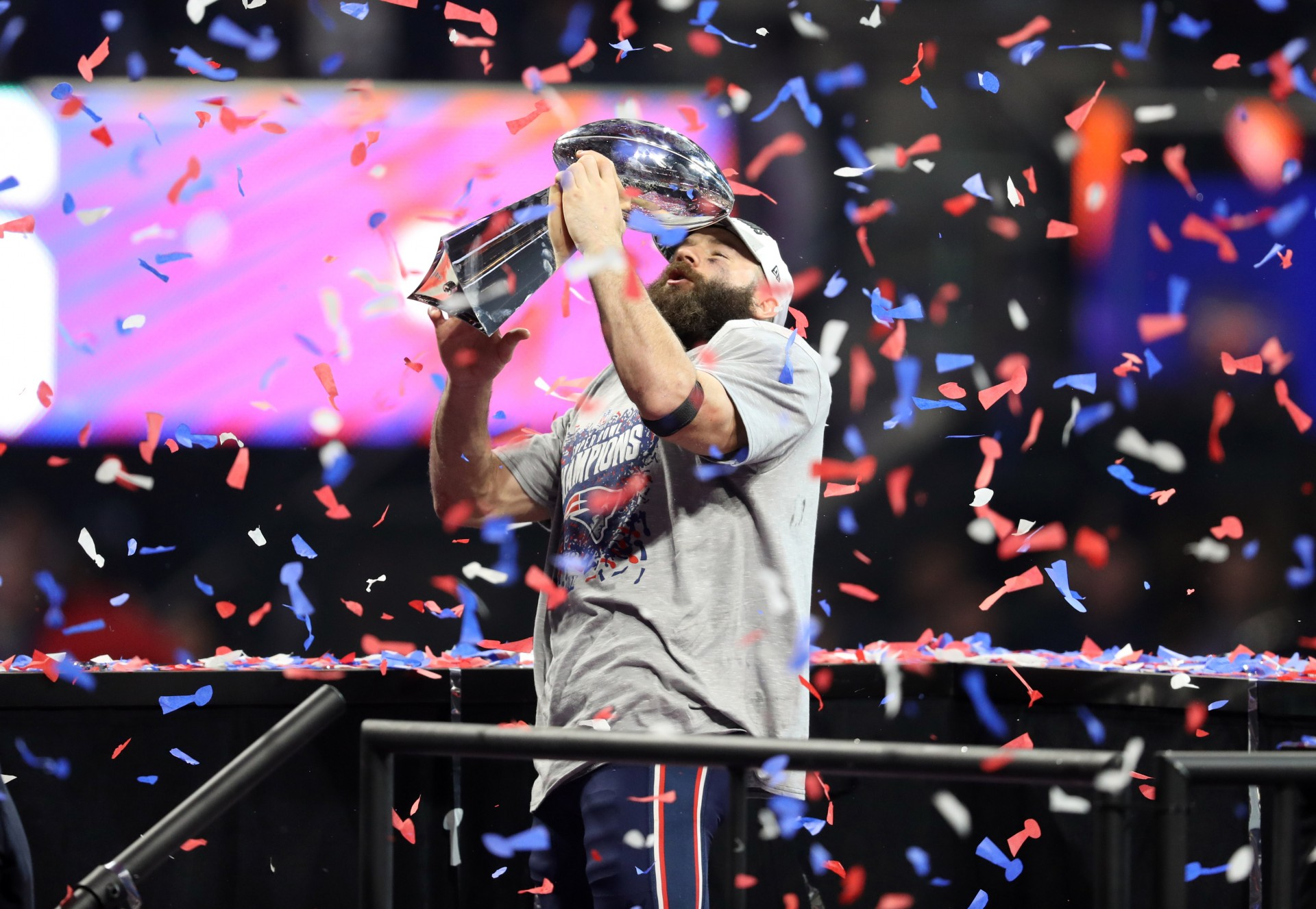 El receptor abierto de los New England Patriots Julian Edelman con el Trofeo Vince Lombardi después de ganar el Super Bowl LIII contra los Rams de Los Angeles en el Estadio Mercedes-Benz.