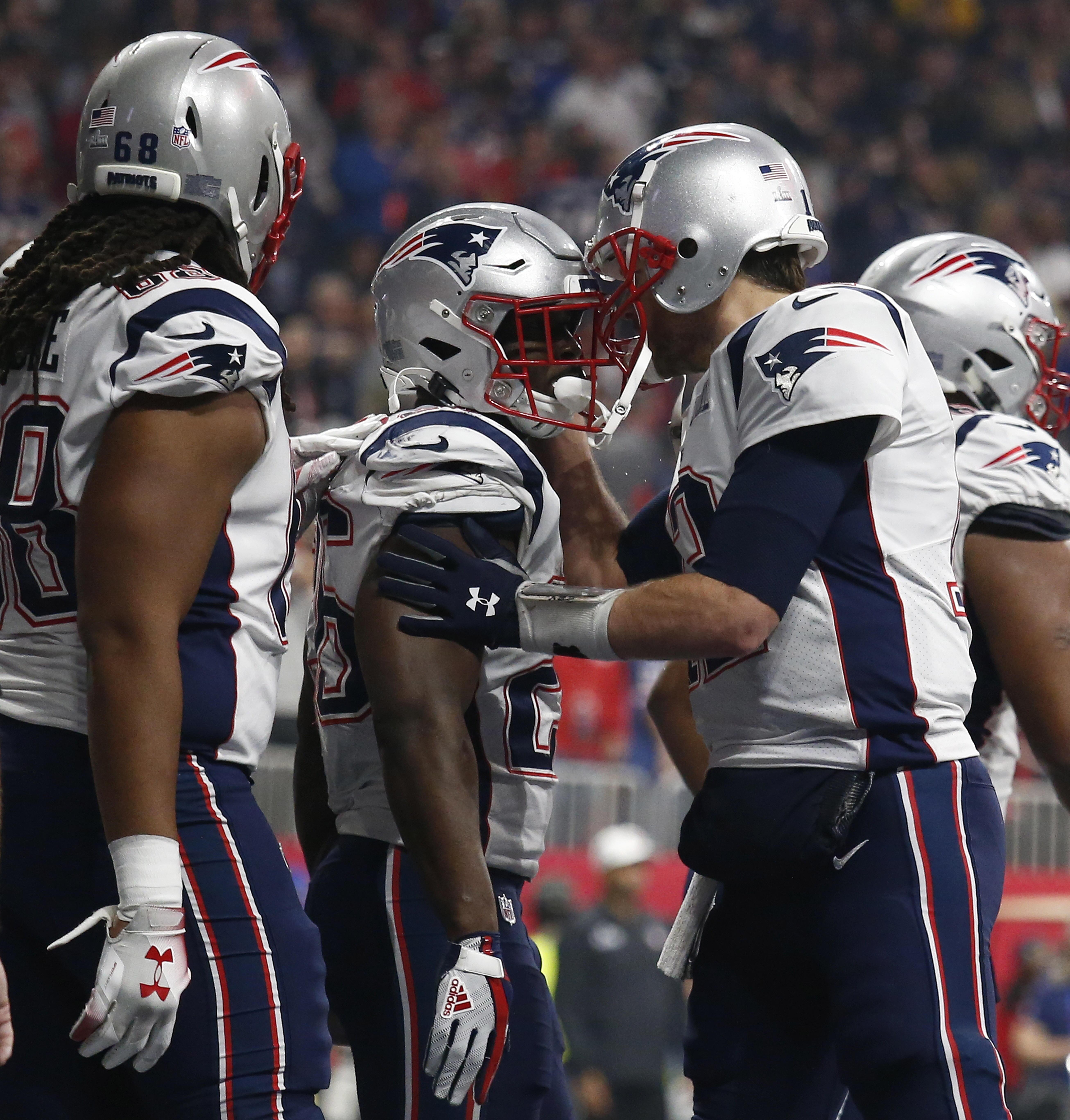 Tom Brady celebra junto a su equipo el unico touchdown del partido.