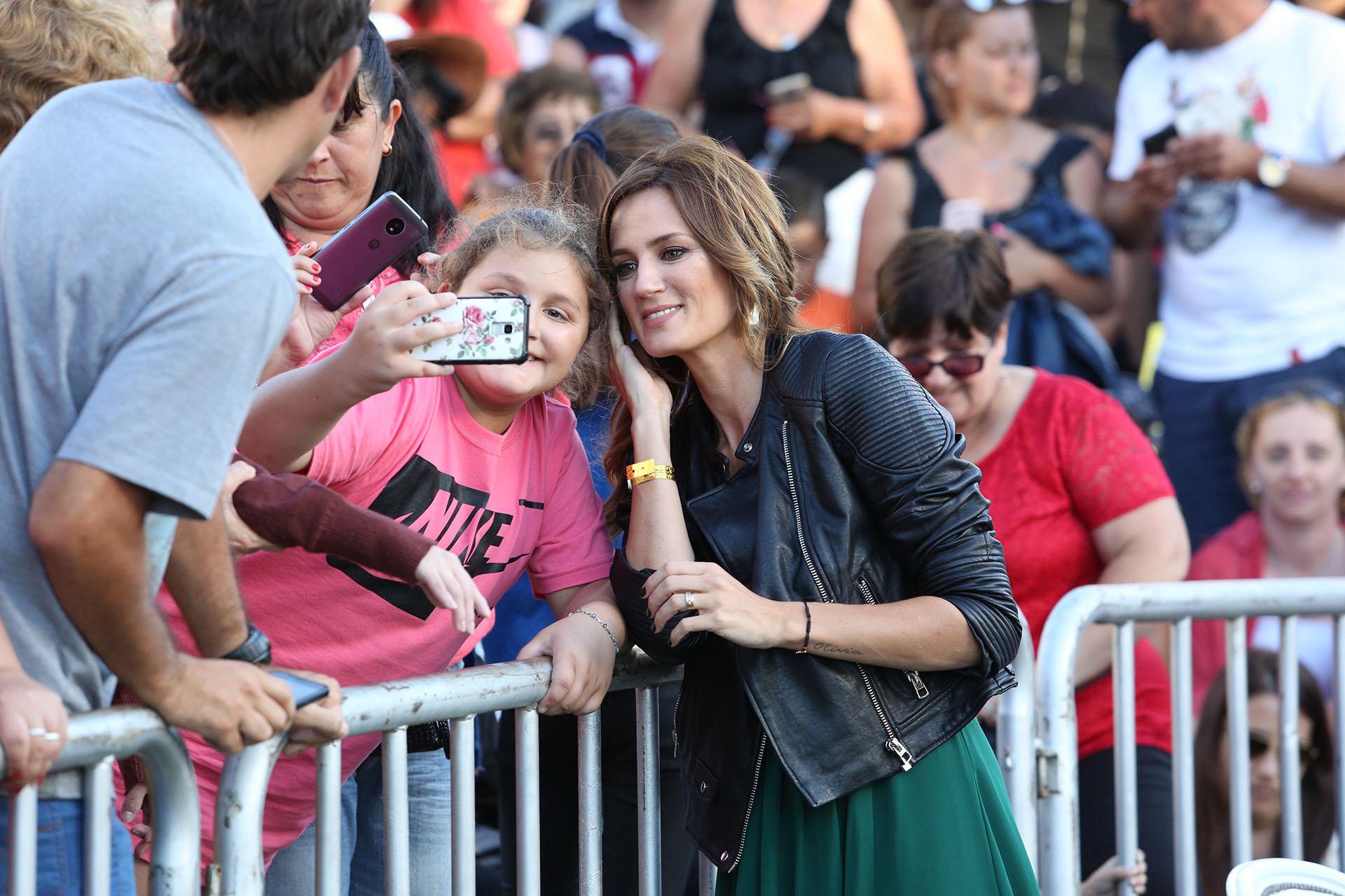 Paula Chaves, tomándose una selfie con una fan