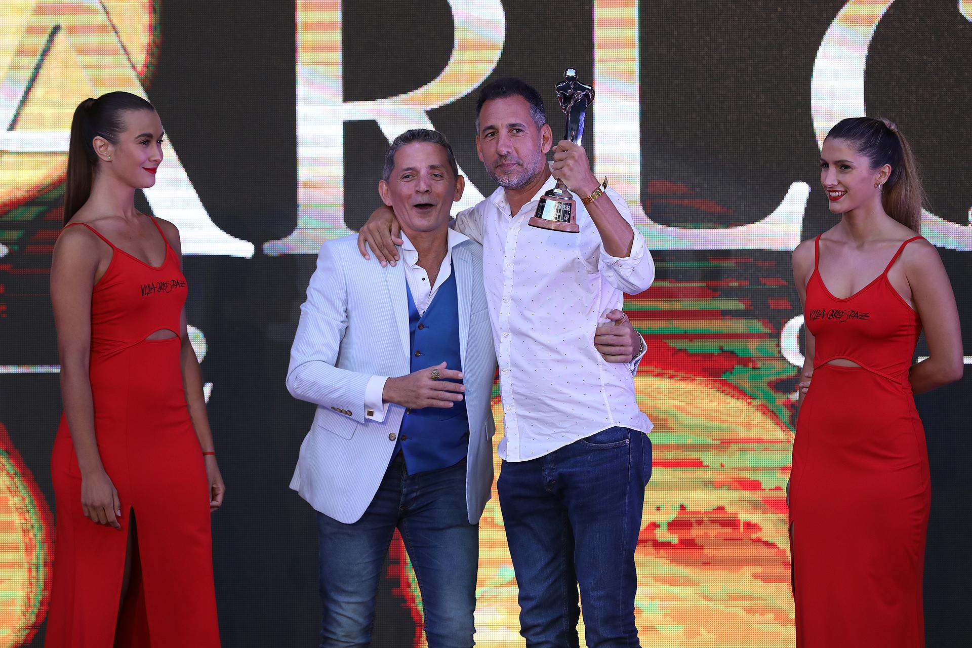 """Ezequiel Corbo, socio de Fede Hoppe y el Chato Prada en DABOPE, sostiene uno de lospremios que ganó su obra, """"Locos por Luisa"""""""