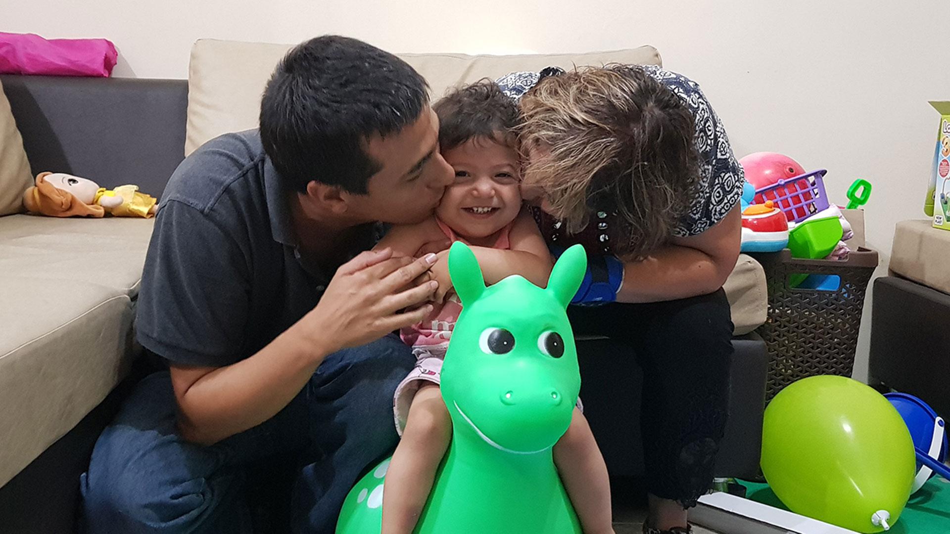 Luciano y Marcia, su esposa, besan a Fiorella, la hija que pudieron tener gracias a la ovodonación