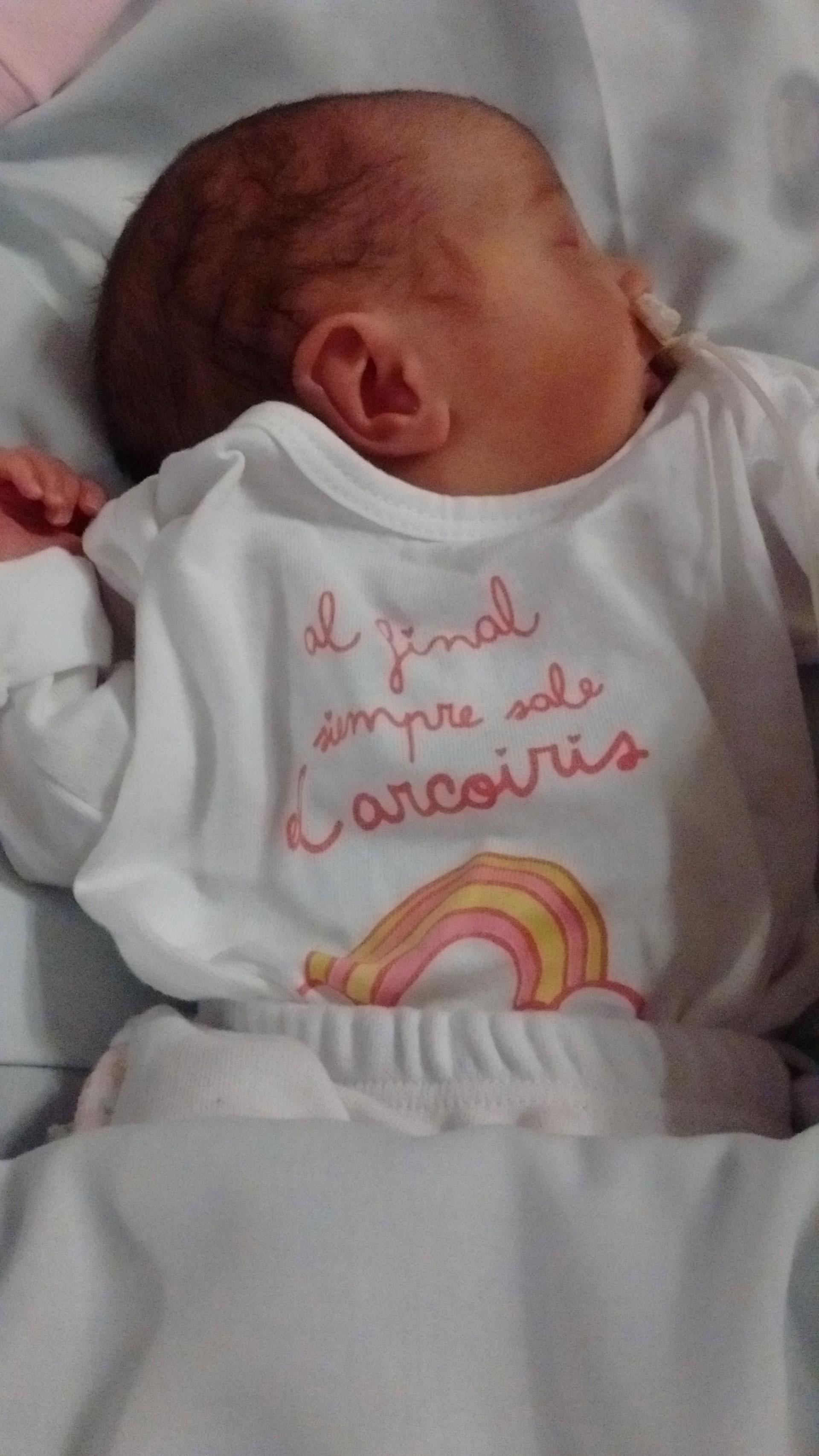 Fiorella, aún en neonatología, con la metáfora escrita en su remera (Gentileza familia Pertuzzo)