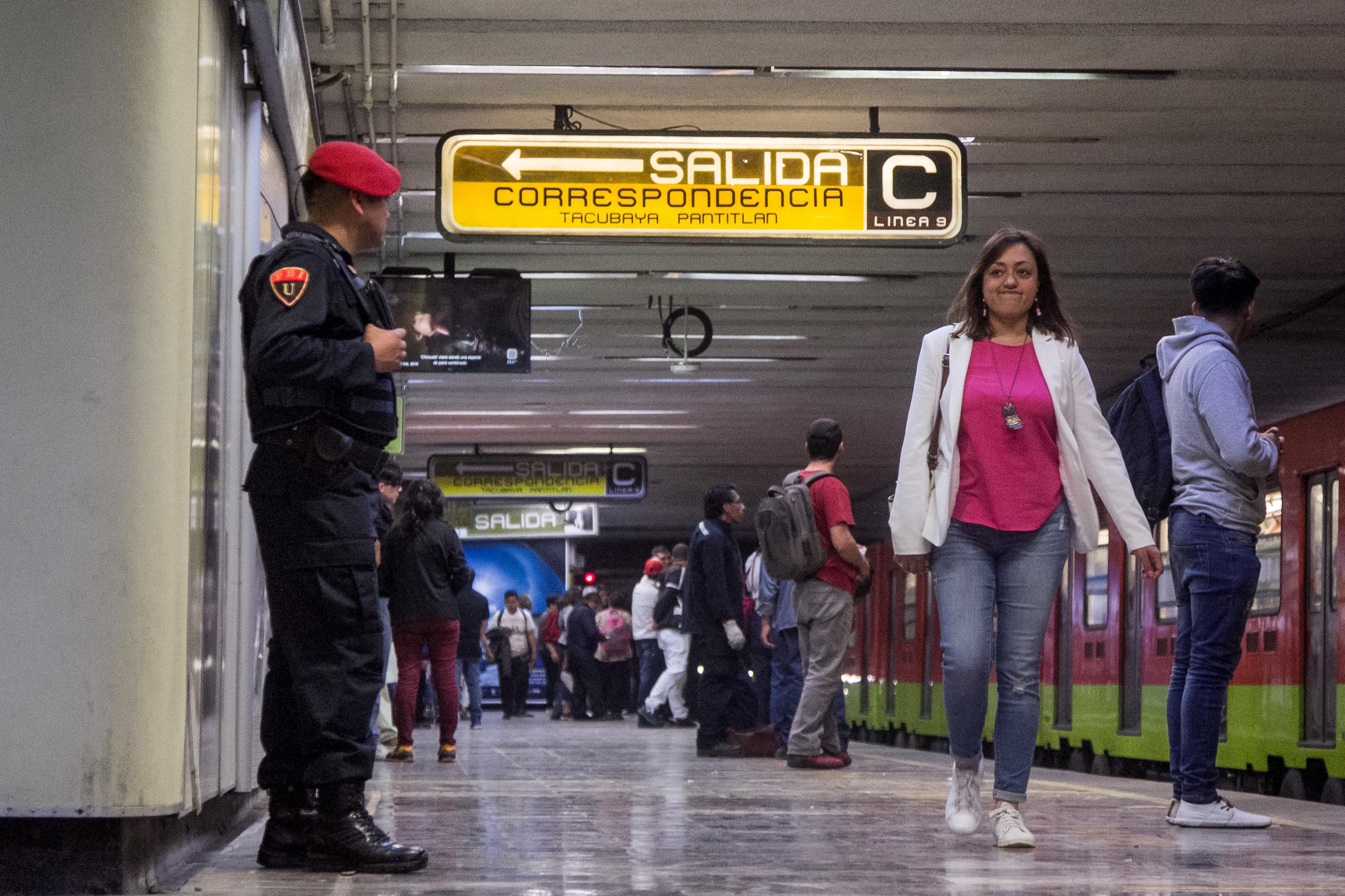 Policías de la Policía Bancaria Institucional custodian las estaciones del Sistema de Transporte Colectivo (FOTO: GALO CAÑAS /CUARTOSCURO.COM)