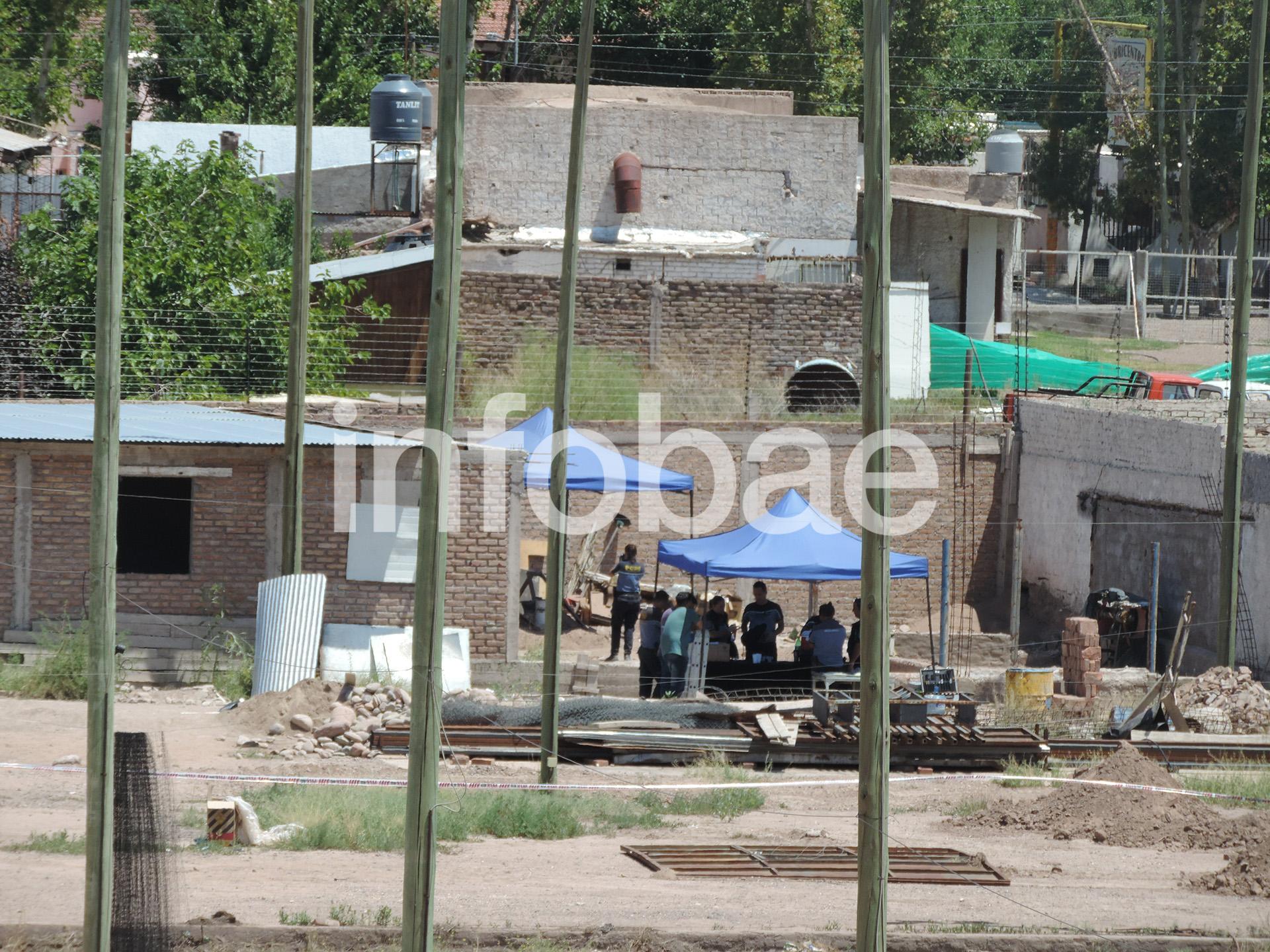 Debajo de la carpa azul, donde trabaja la policía, fueron encontradas las turistas asesinadas