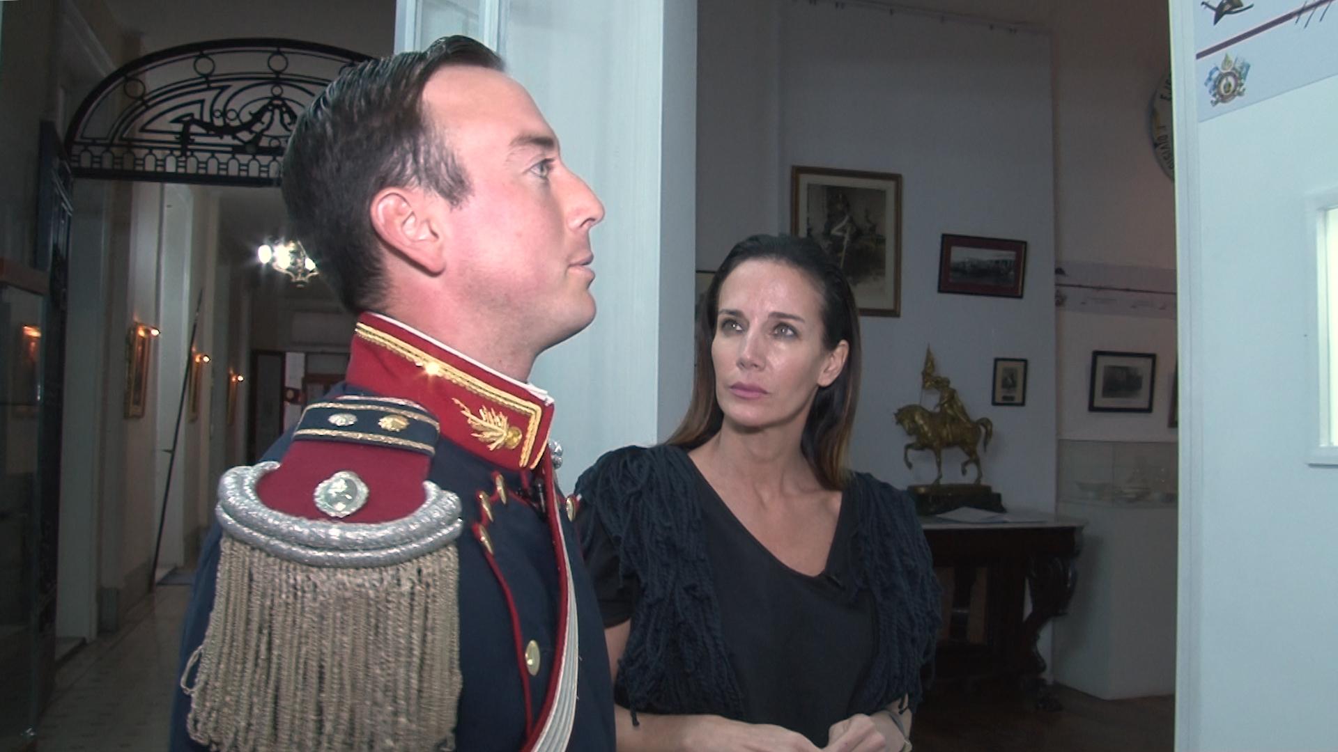 Carolina Prat escucha atenta a uno de los granaderos