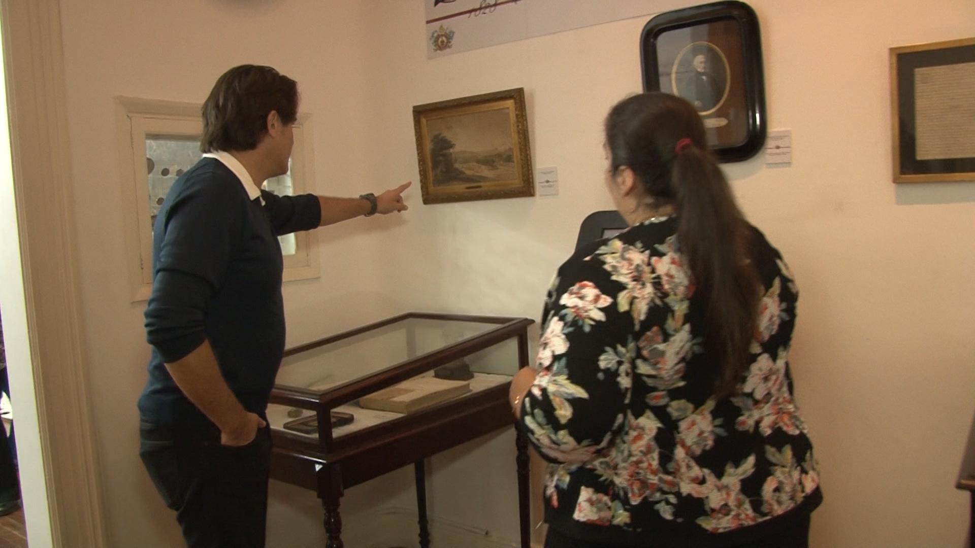 Guillermo Andino recorre las instalaciones del Museo Histórico del Regimiento de Granaderos a Caballo