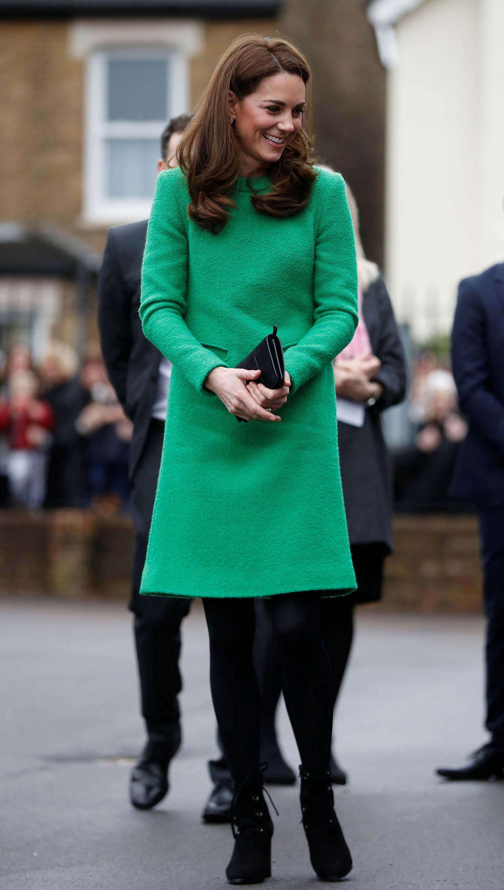 La esposa del príncipe Guillermo cautivó con su look: un vestido verde esmeralda que acompañó con medias negras y botinetas