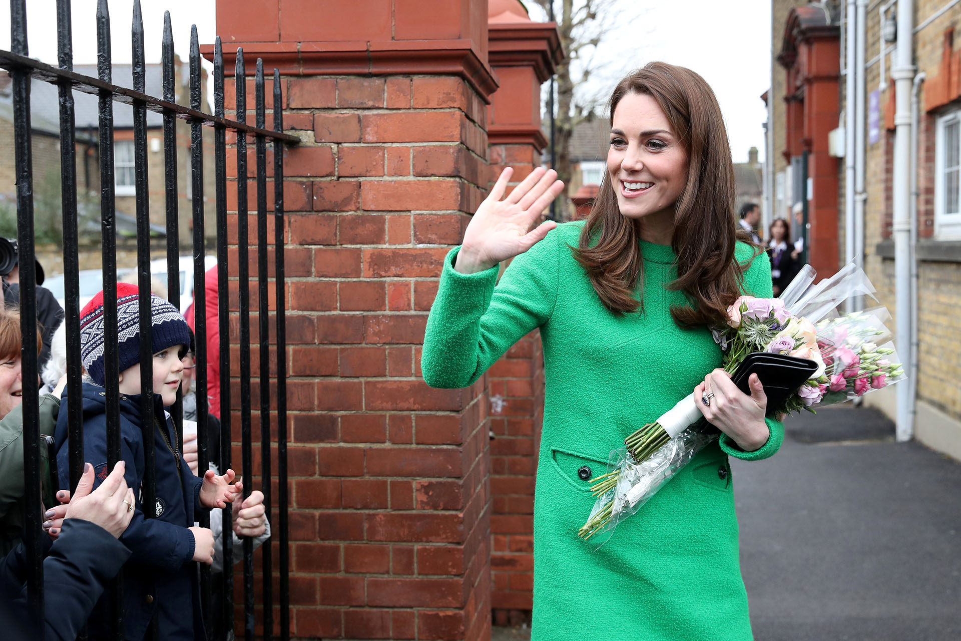 Catalina saludó a las personas que se acercaron y recibió varios ramos de flores