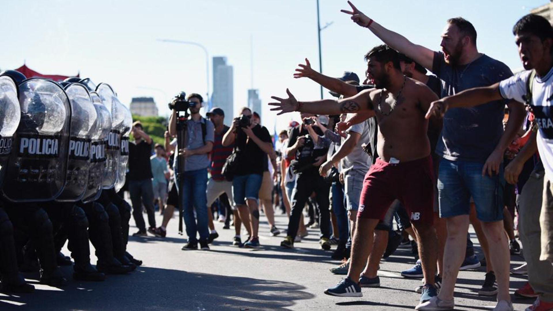 La protesta llegó a su pico de tensión frente a la facultad de Derecho