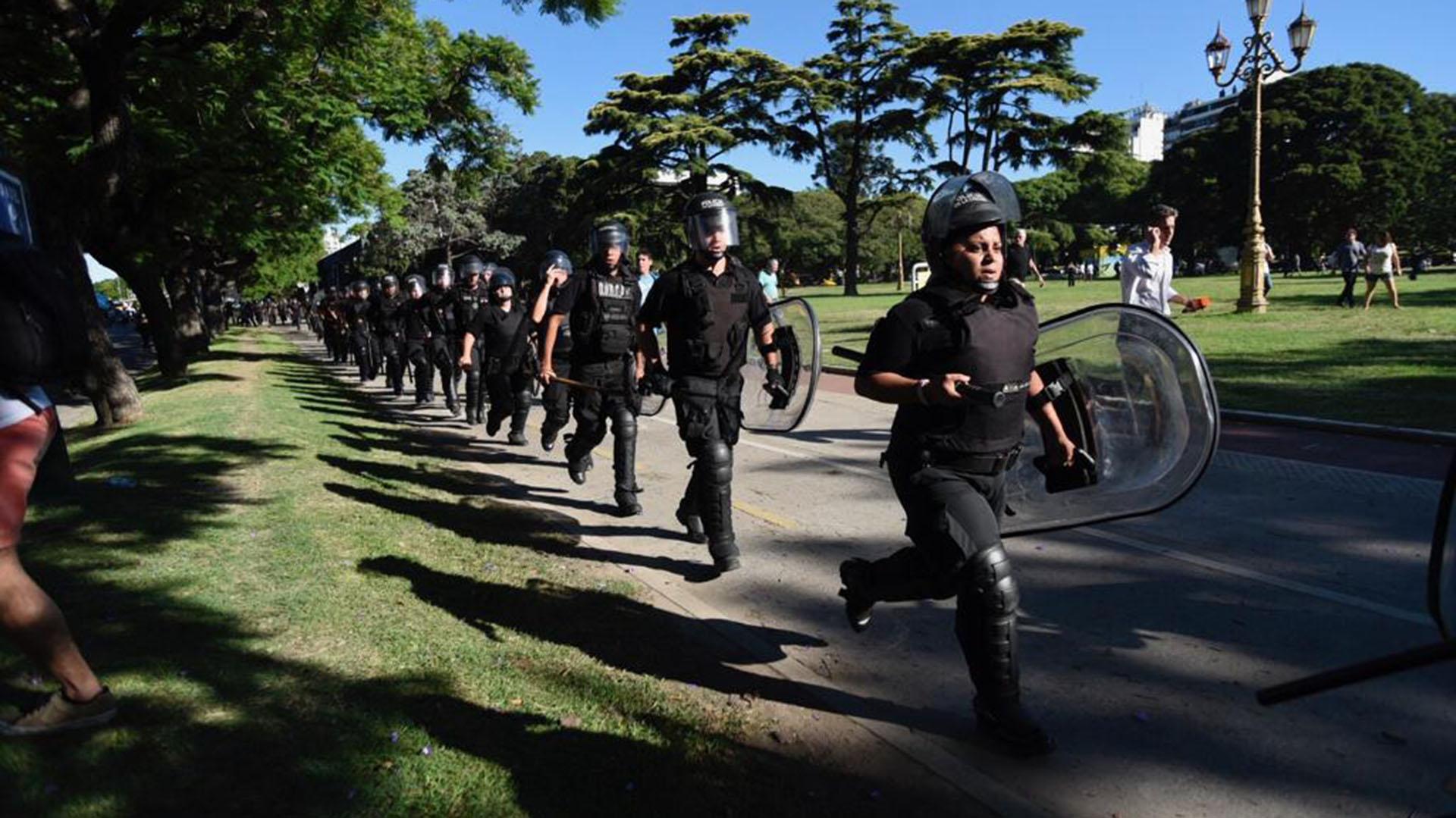 Los efectivos policiales siguieron la marcha para evitar que cortaran la totalidad de la avenida
