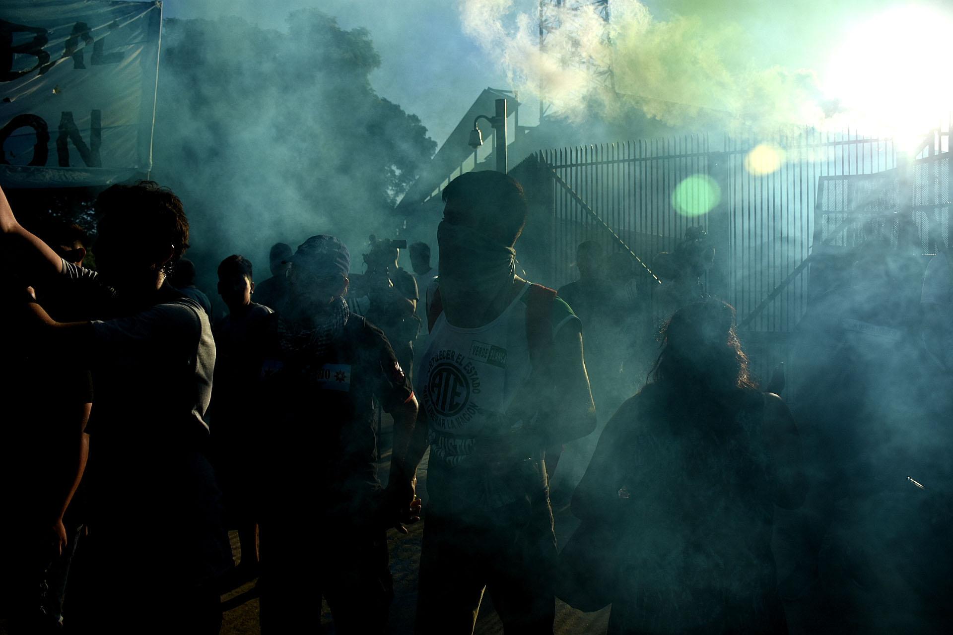 La policía evitó que los manifestantes cortaran la totalidad de la avenida