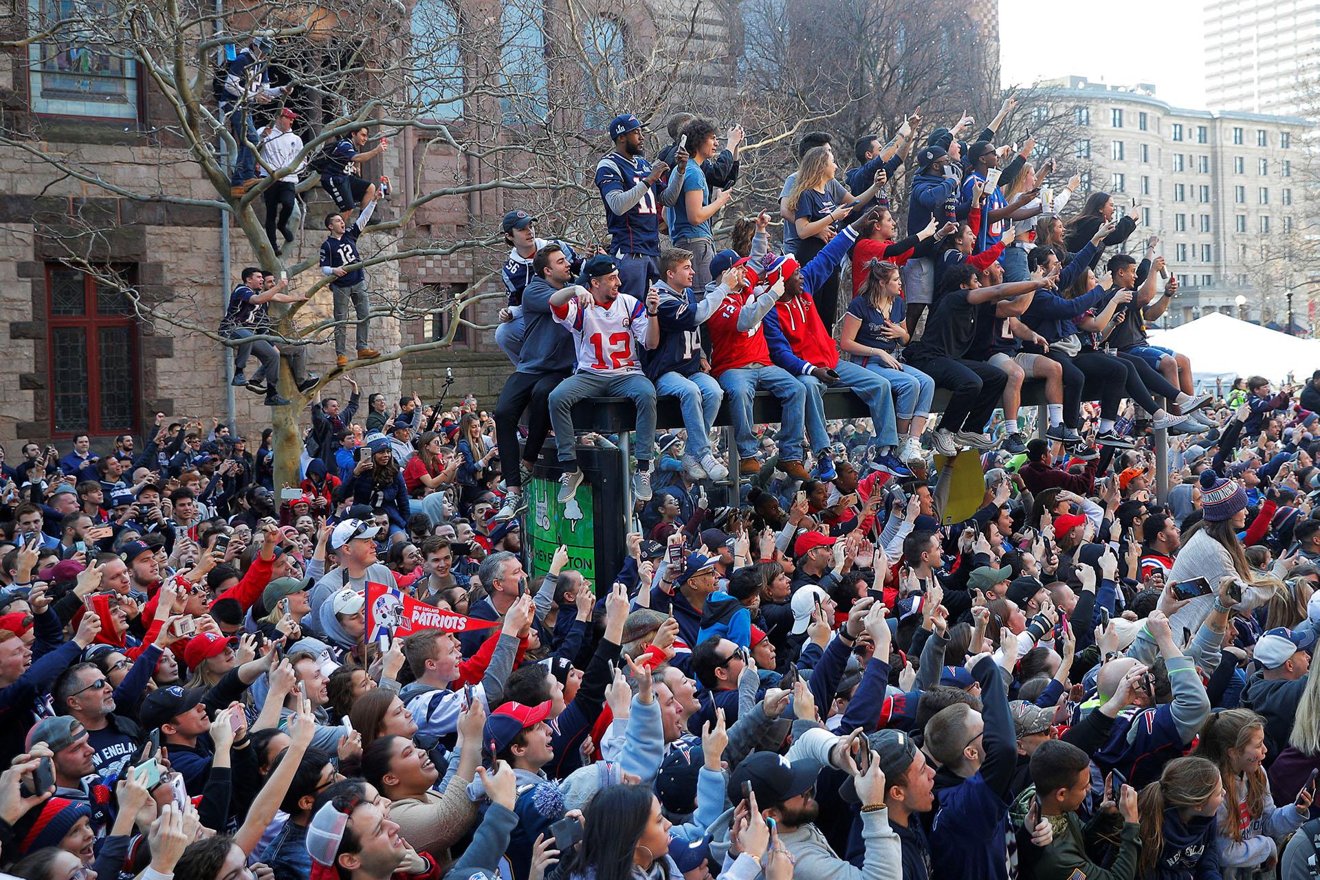 Los fans invadieron las calles de Boston para celebrar junto al equipo