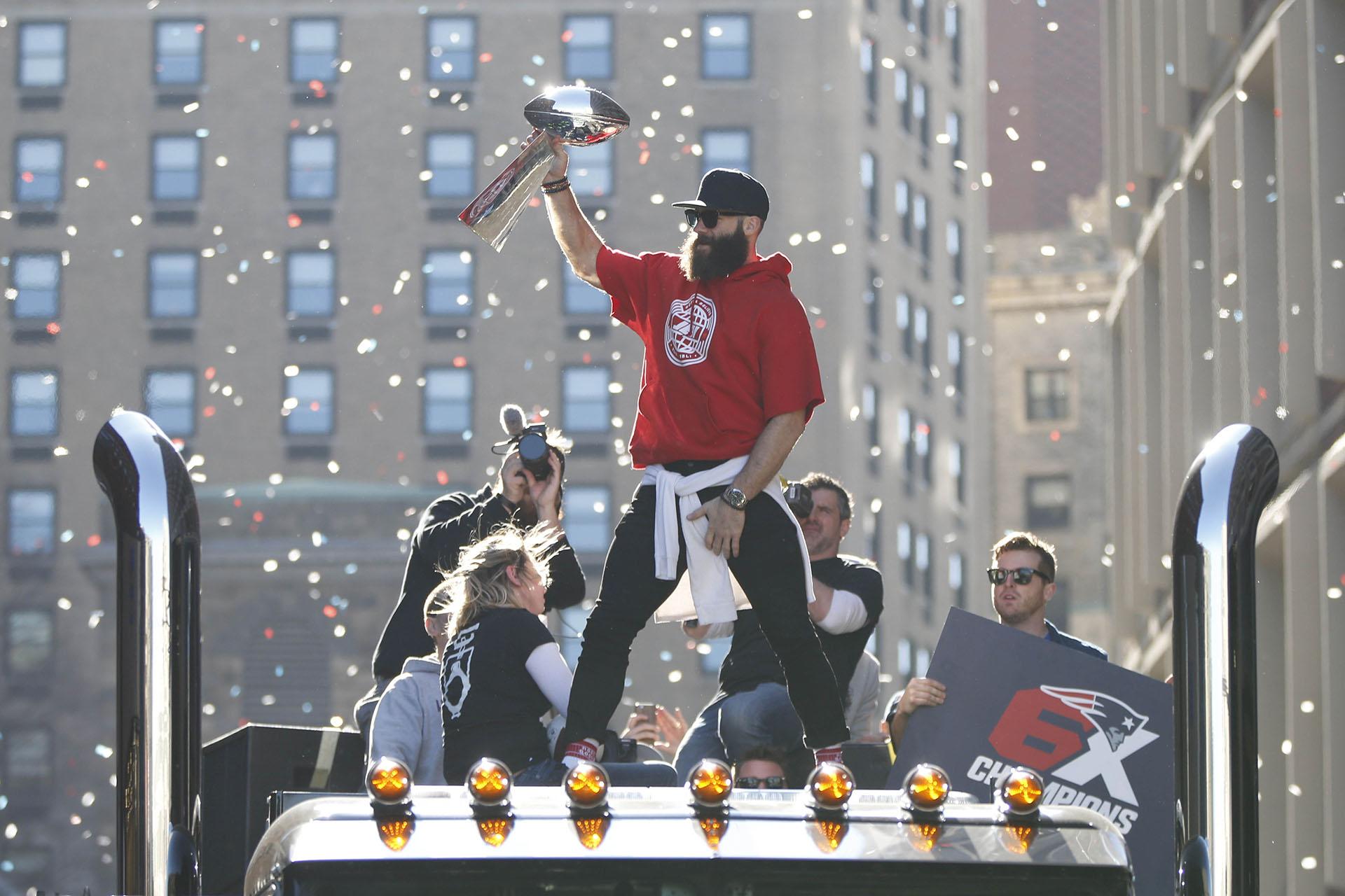 Julian Edelman sostiene el trofeo Vince Lombardi