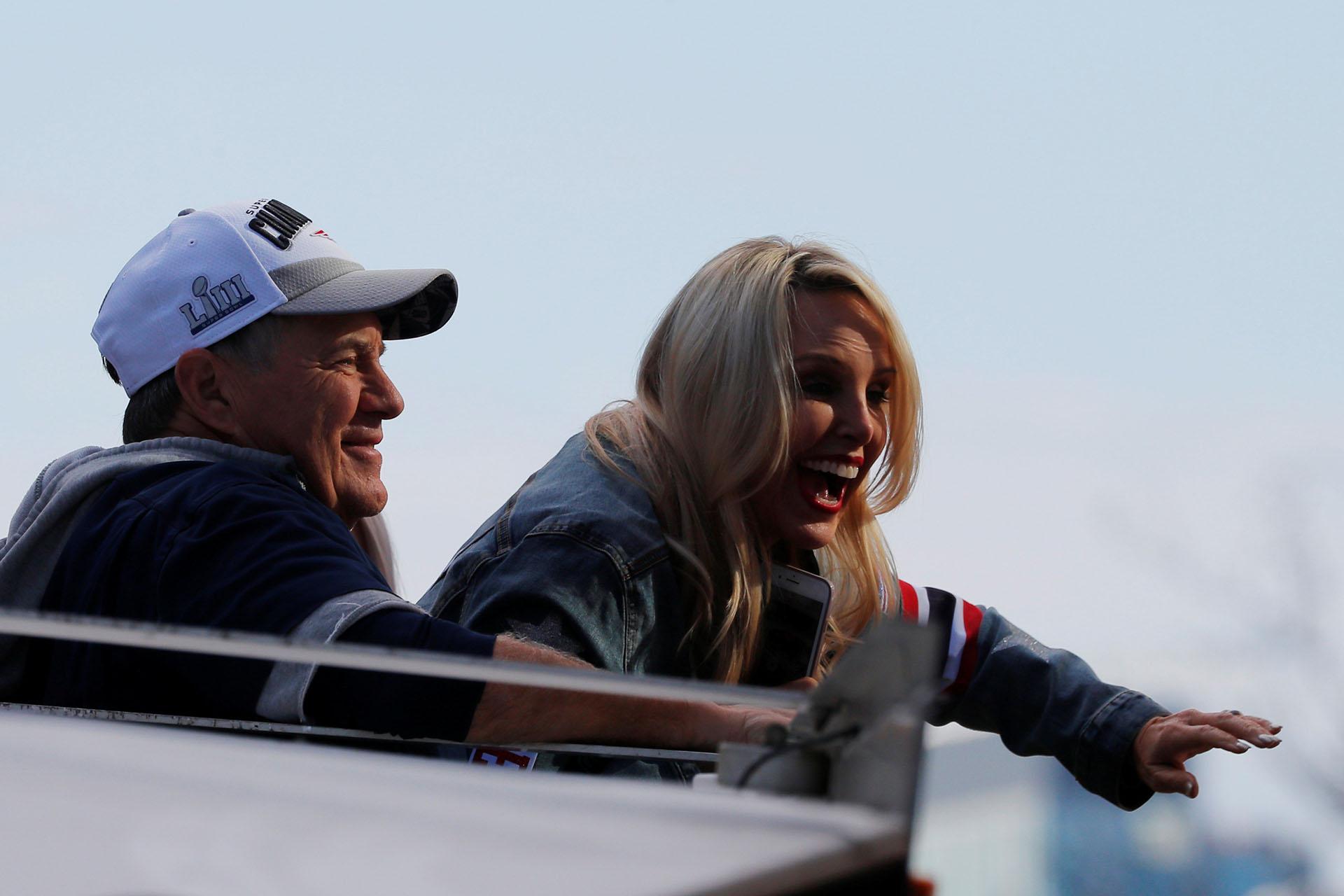El coach Bill Belichick junto a su novia Linda Holliday durante la celebración