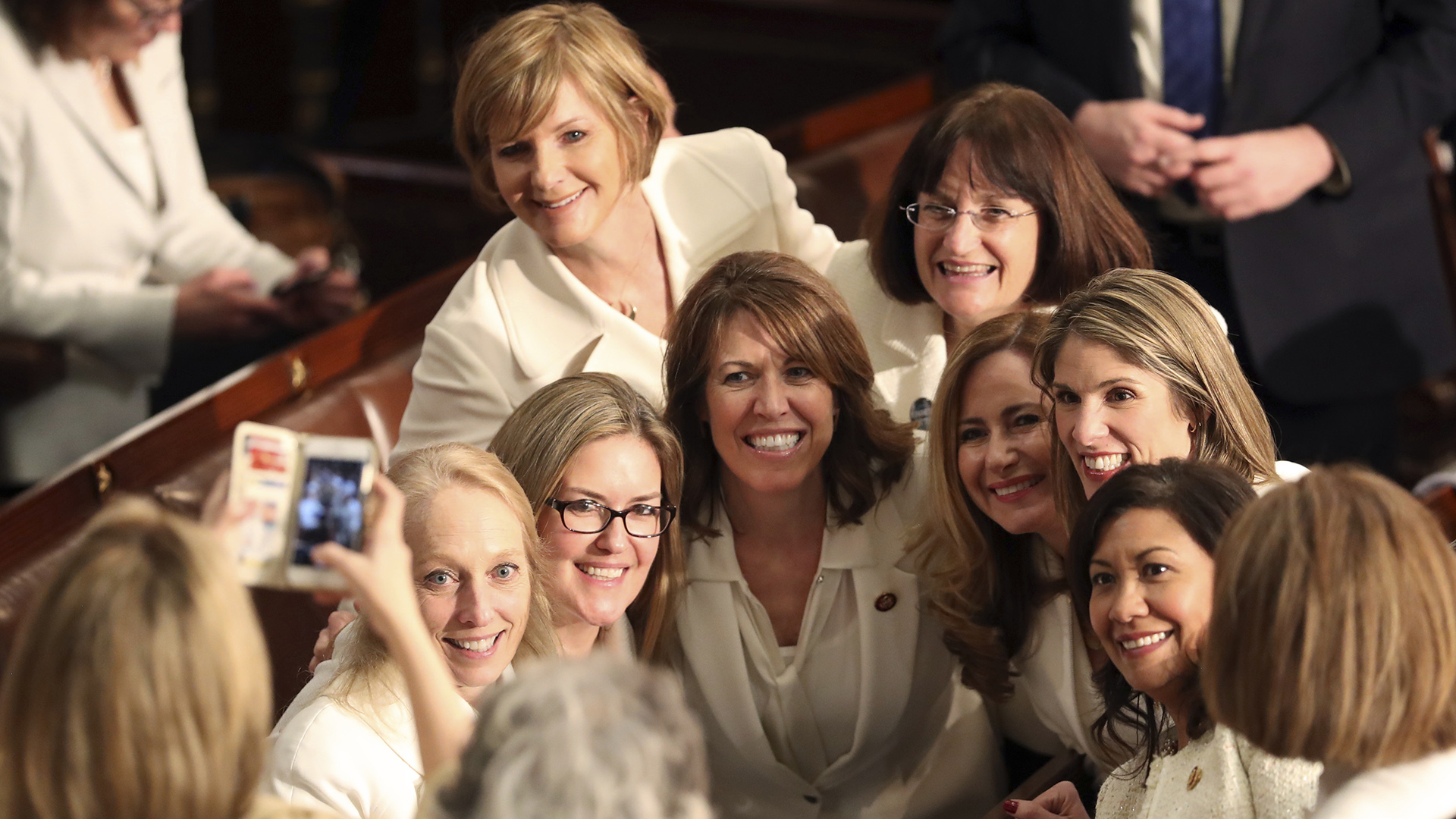 Las legisladoras demócratas se vistieron de blanco en honor a las sufragistas.. (AP Photo/Andrew Harnik)