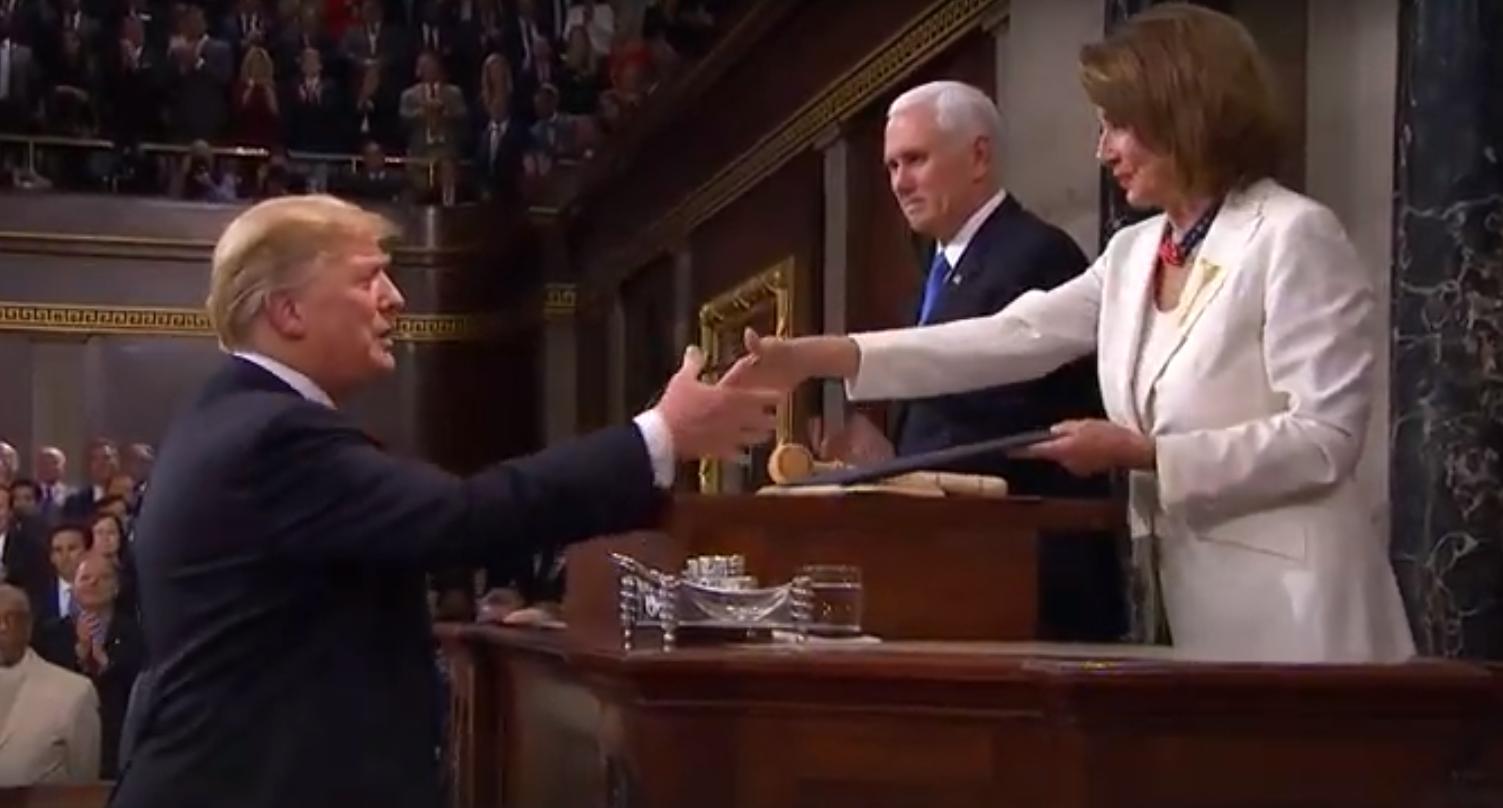 Donald Trump saludó a la titular de la Cámara de Representantes, Nancy Pelosi, a cuyo lado se ubicaba el vicepresidente, Mike Pence.