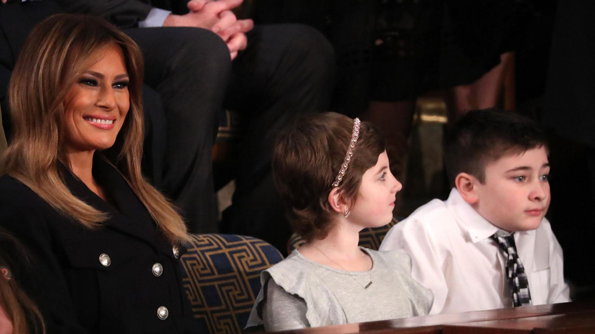 Melania Trump junto a la niña sobreviviente de cáncerGrace Eliney Joshua Trump, víctima de bullying por tener el mismo apellido el mandatario. (REUTERS/Jonathan Ernst)