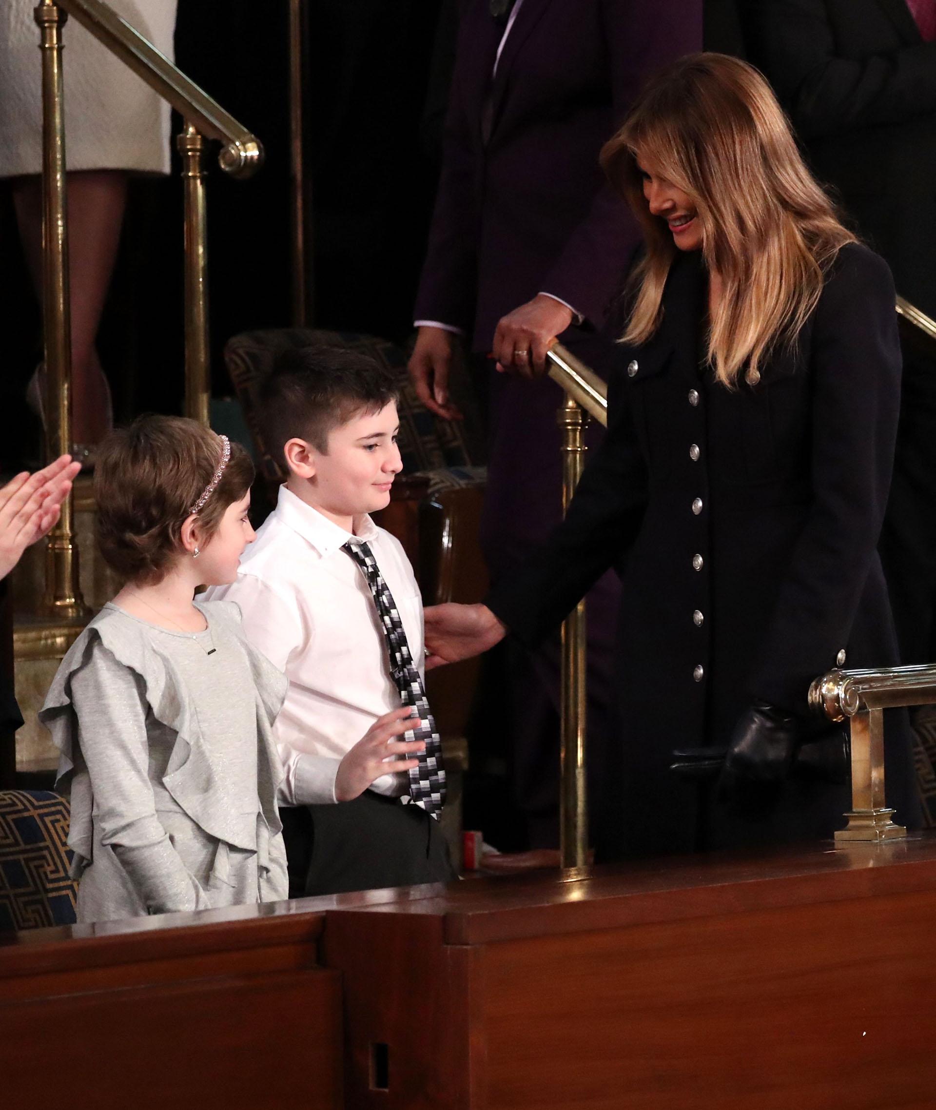 Melania Trump saluda a Joshua Trump un alumno de sexto que dice sufrir de bullying por tener el mismo apellido que el presidente de Estados Unidos. (REUTERS/Jonathan Ernst)