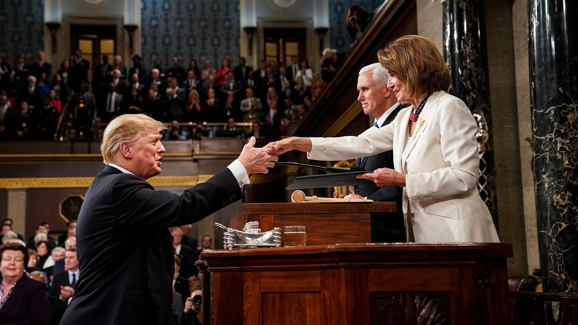 Trump salud a Pelosi en su llegada al Congreso. (Doug Mills/The New York Times/Pool via REUTERS)