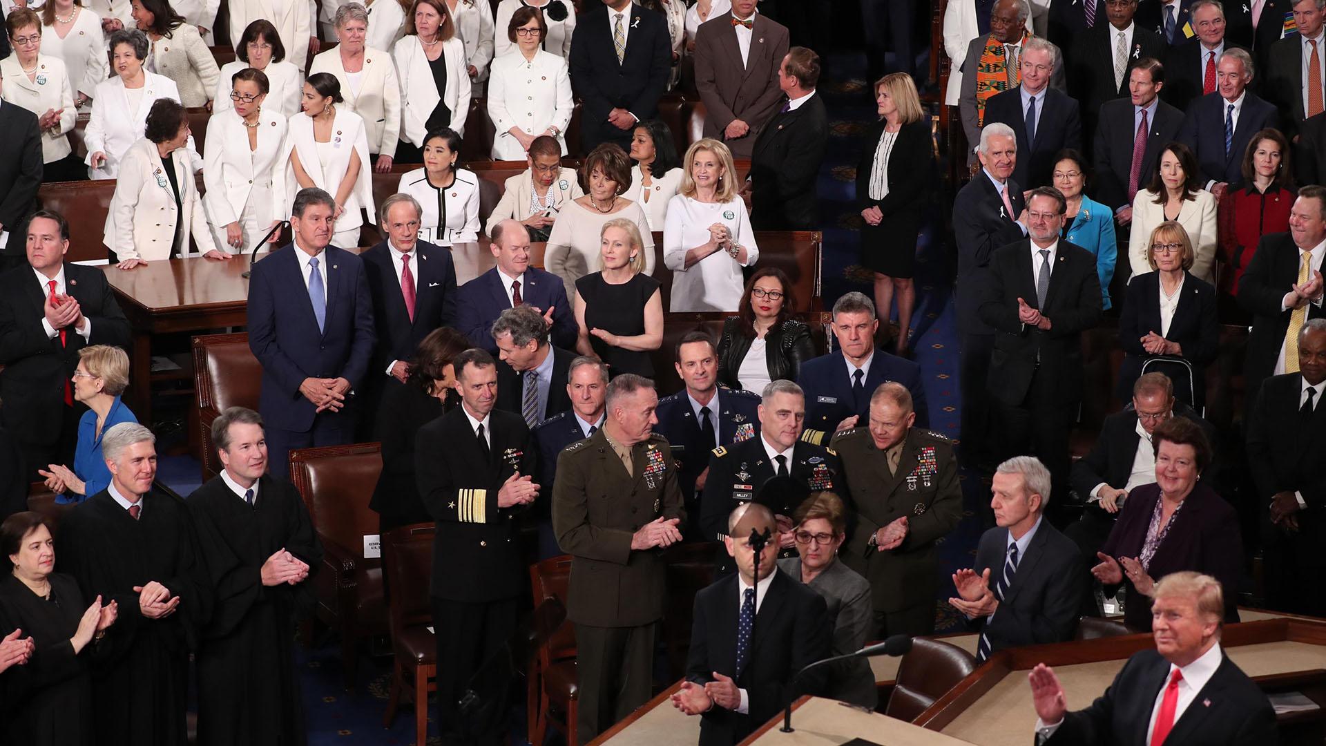 Trump saluda a los asistentes al discurso. (REUTERS/Jonathan Ernst)