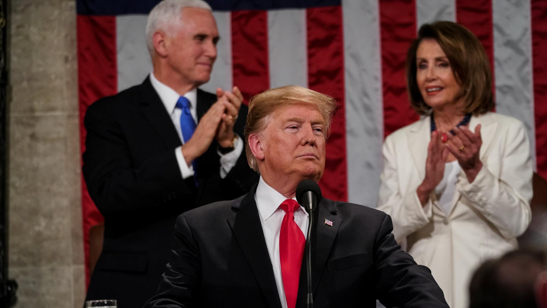 Donald Trump es aplaudido por el vicepresidente estadounidense, Mike Pence, y la presidenta del Congreso, Nancy Pelosi. (Reuters)