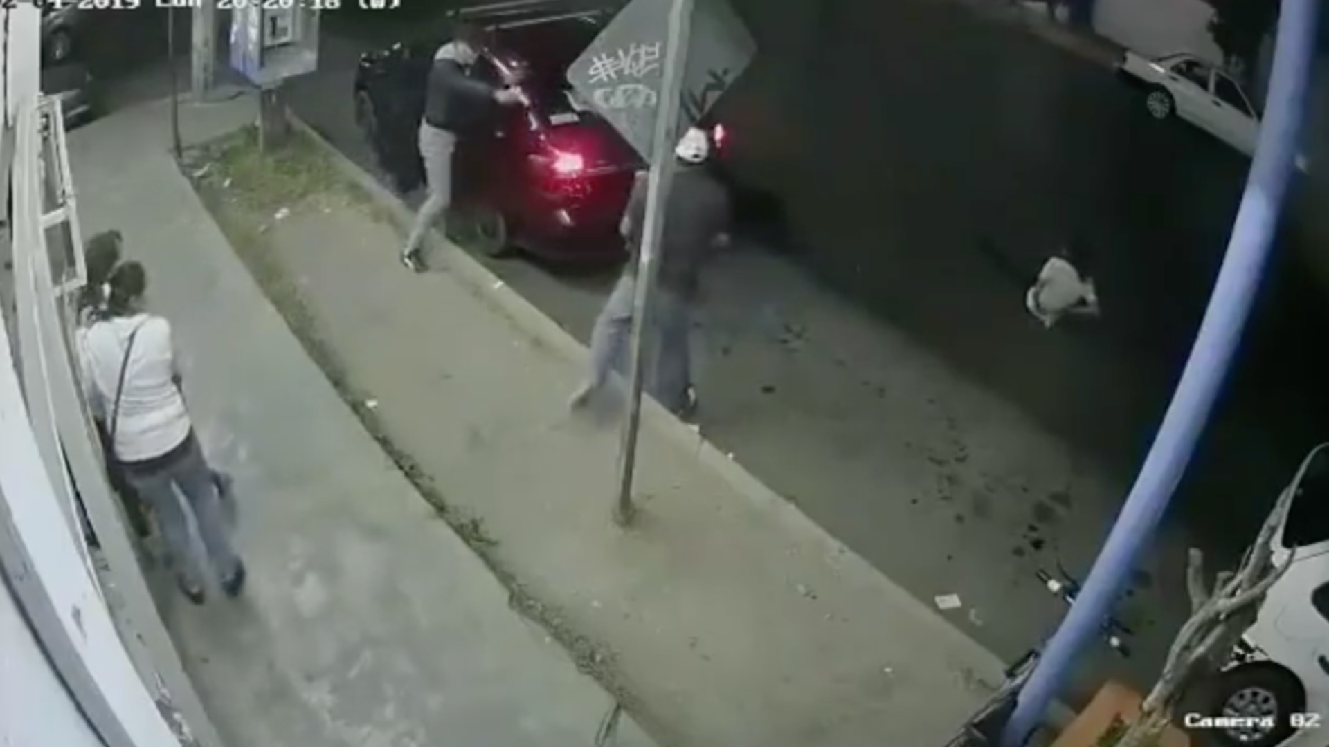 Familia intentó detener el asalto pero una mujer salió herida por disparo de bala (Foto: Captura de pantalla)