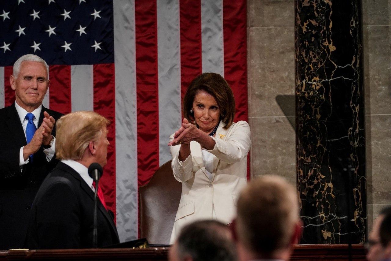 Nancy Pelosi aplaude a Donald Trump.