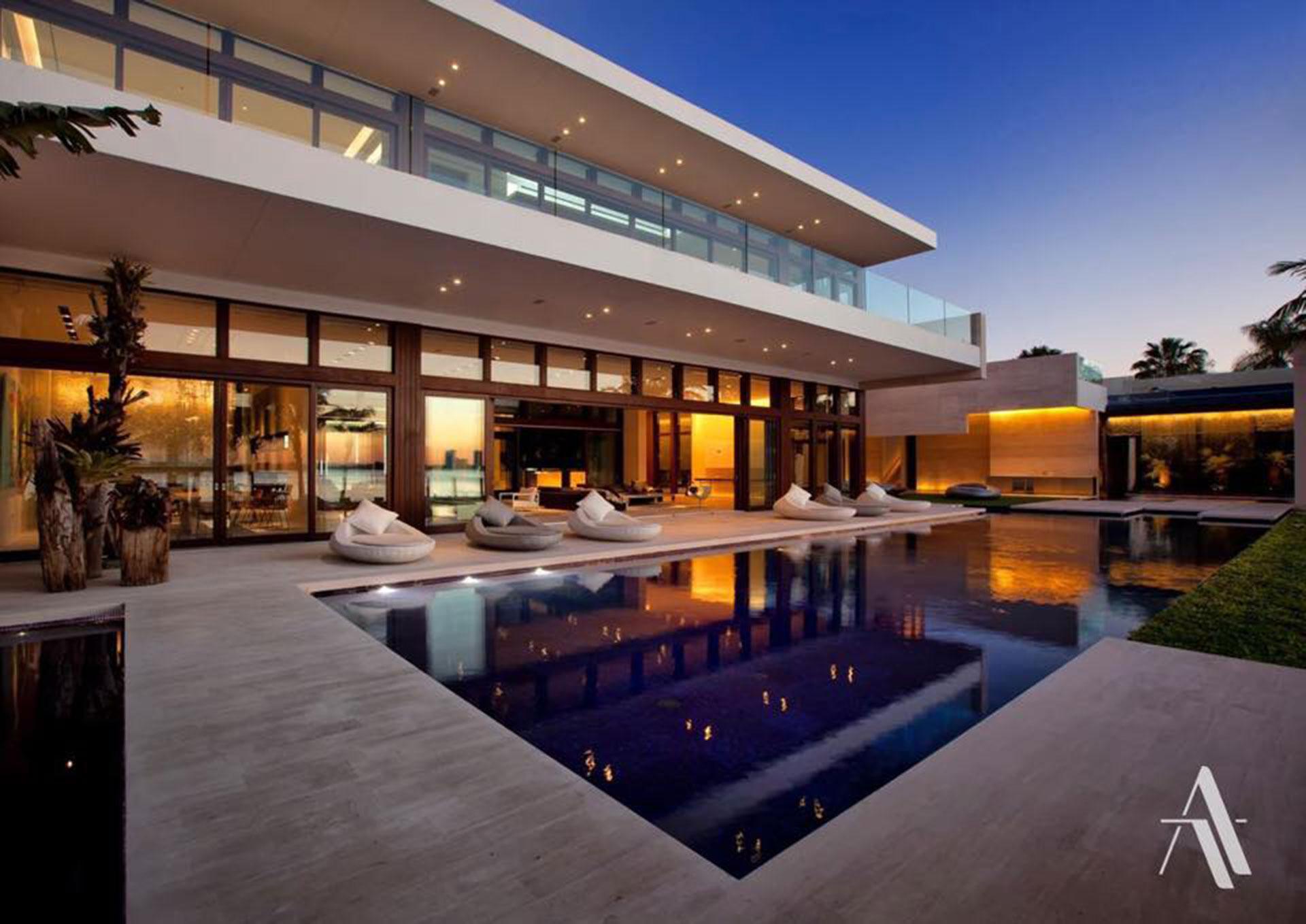 Cuenta con un spa, un jardín y un bar en el techo, dos cocinas, un cine 3D y una piscina de casi 30 metros.