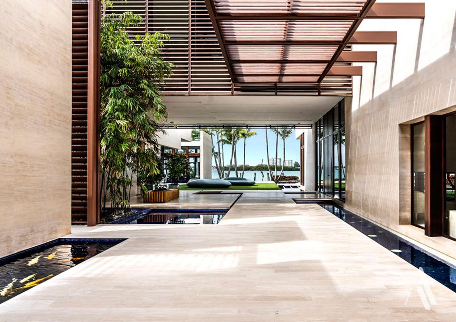 La casa tiene vista al área de Bahía Vizcaína (Biscayne Bay), una laguna tropical con bellos paisajes