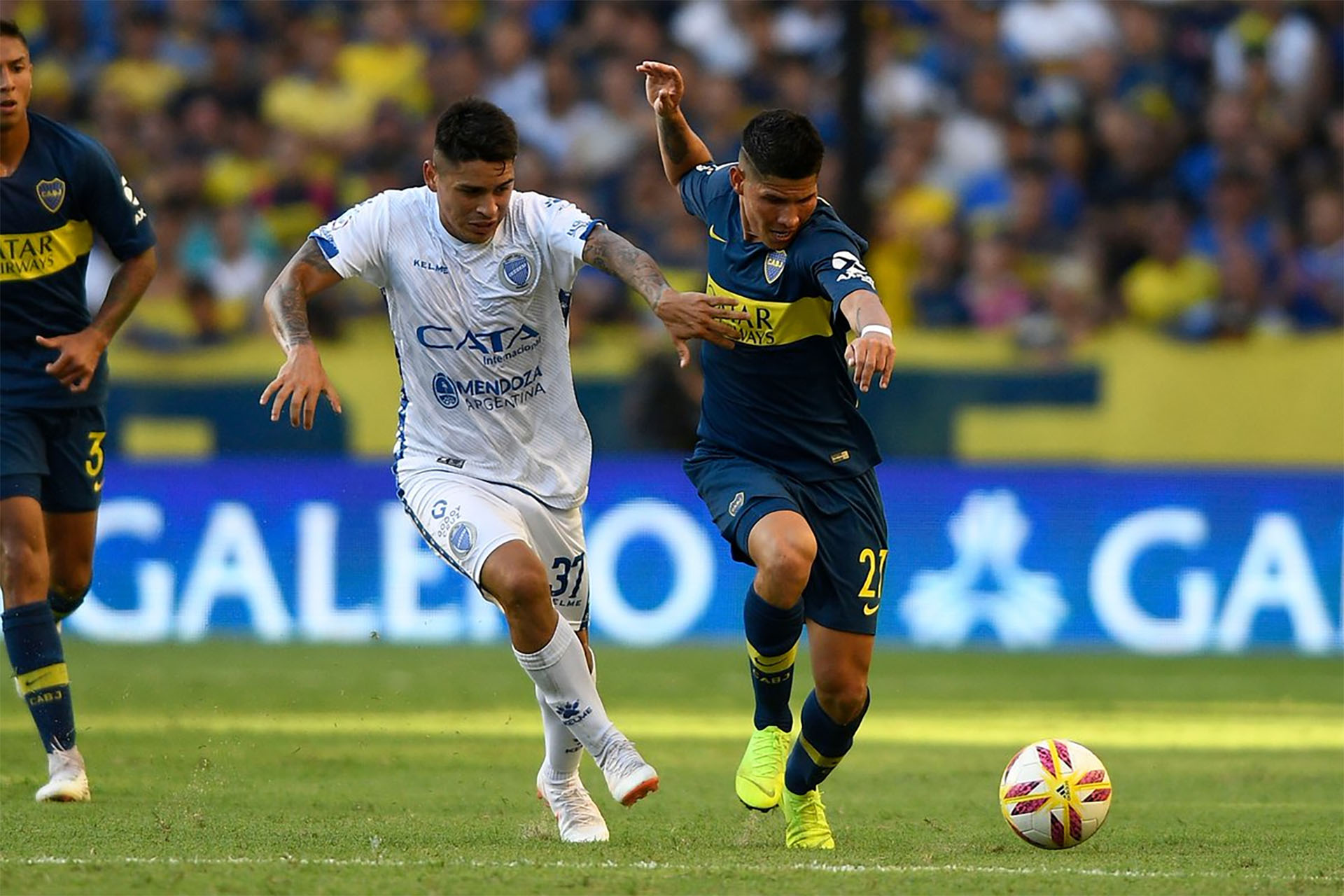 Campuzano maneja la pelota en el partido de Boca ante Godoy Cruz (Boca oficial)