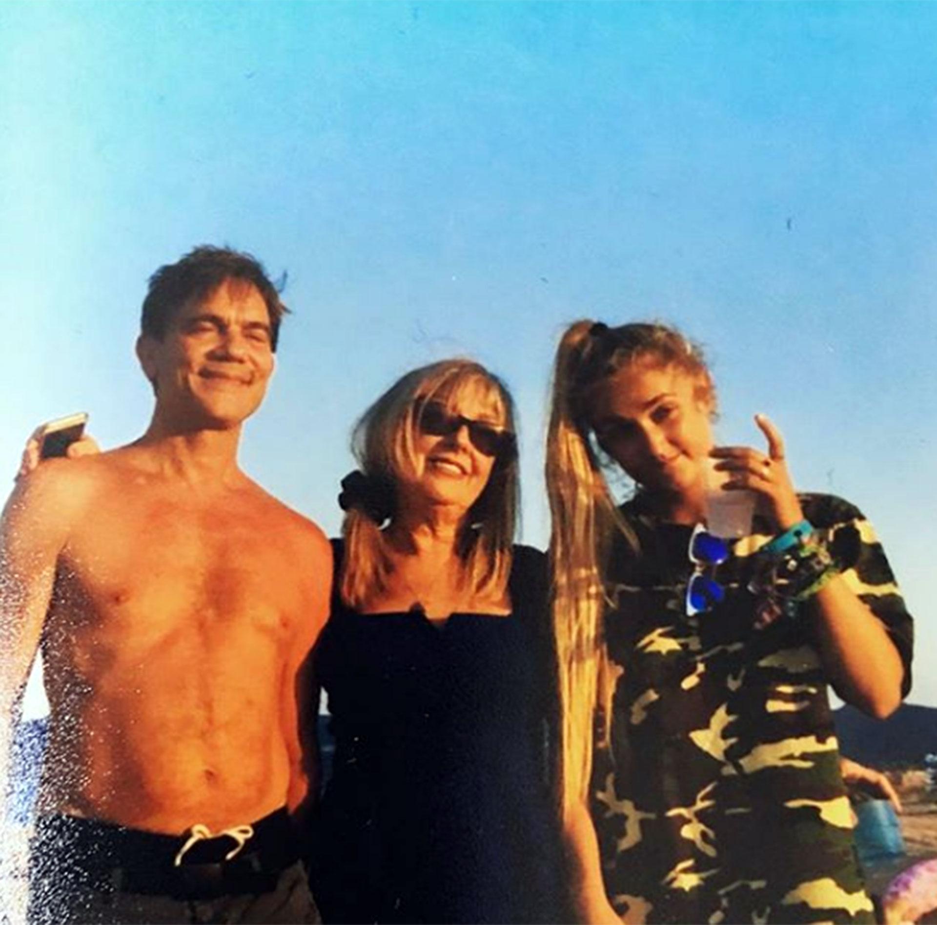 John Michie junto a su esposa e hija