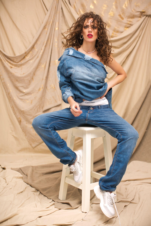 Chaqueta con roturas ($ 2.990, Peuque), culotte ($ 1.330, Calvin Klein), jean boyfriend($ 3.398, Tommy Hilfiger), choker y aros ($ 500 y$ 710, Nerolia) y zapatillas con plataforma ($ 1.945, Viamo).