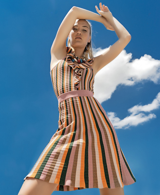 Top y falda de lúrex multicolor ($ 2. 680 y $ 3.460, Mishka).