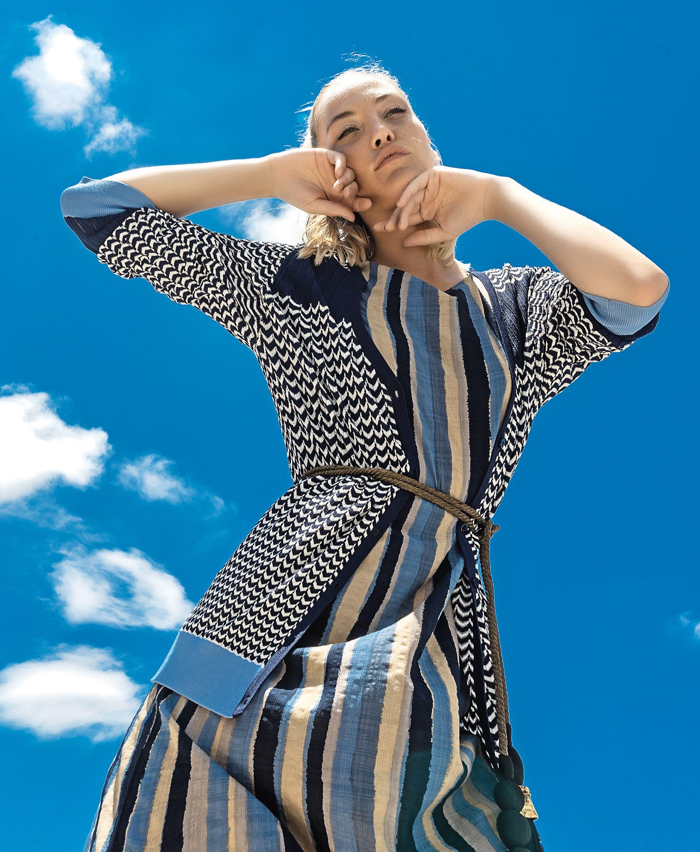 Cárdigan de hilo de seda con guardas ($ 2.100, Ted Bodin)y vestido de seda estampado ($ 1.600, Var's).