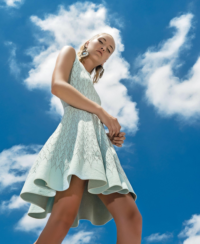 Vestido tejido con hilo y lúrex ($ 6.990, Las Pepas) y aros ($ 620, Var's).
