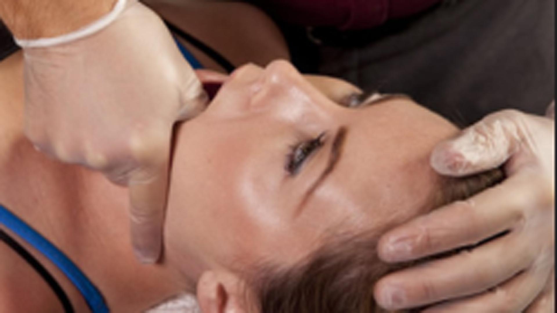 El profesional enseñará distintos ejercicios para eliminar el problema bucal
