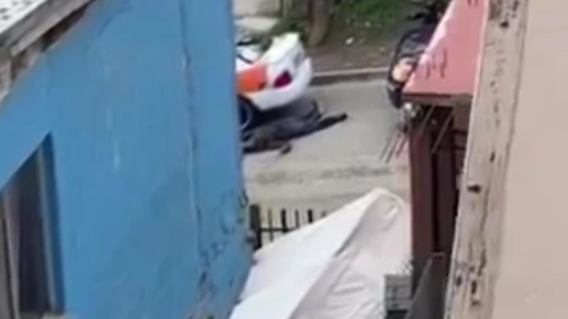 El momento en que el policía dispara contra el hombre presuntamente armado.