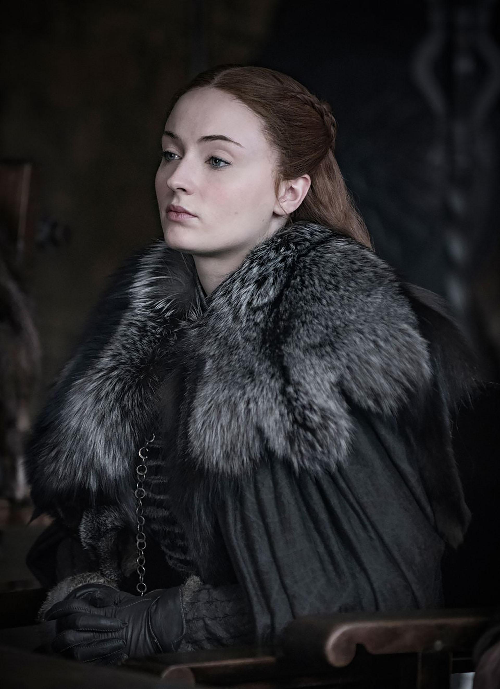 La evolución de Sansa fue acompañada por su vestuario. Abrigos con cuellos piel, guantes de cuero, remeras de mangas largas, faldas y vestidos largos, todos en tonalidades neutras que remontan a la paleta cromática del invierno: el gris, negro y blanco