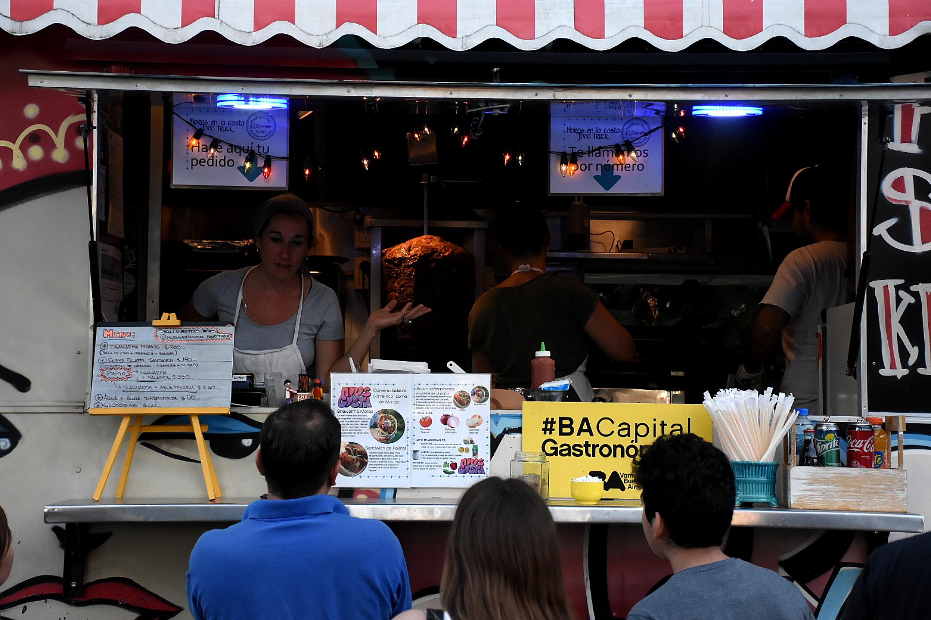 Una gran variedad de foodtrucks con diversas propuestas gastronómicas complementa la atractiva propuesta para el público