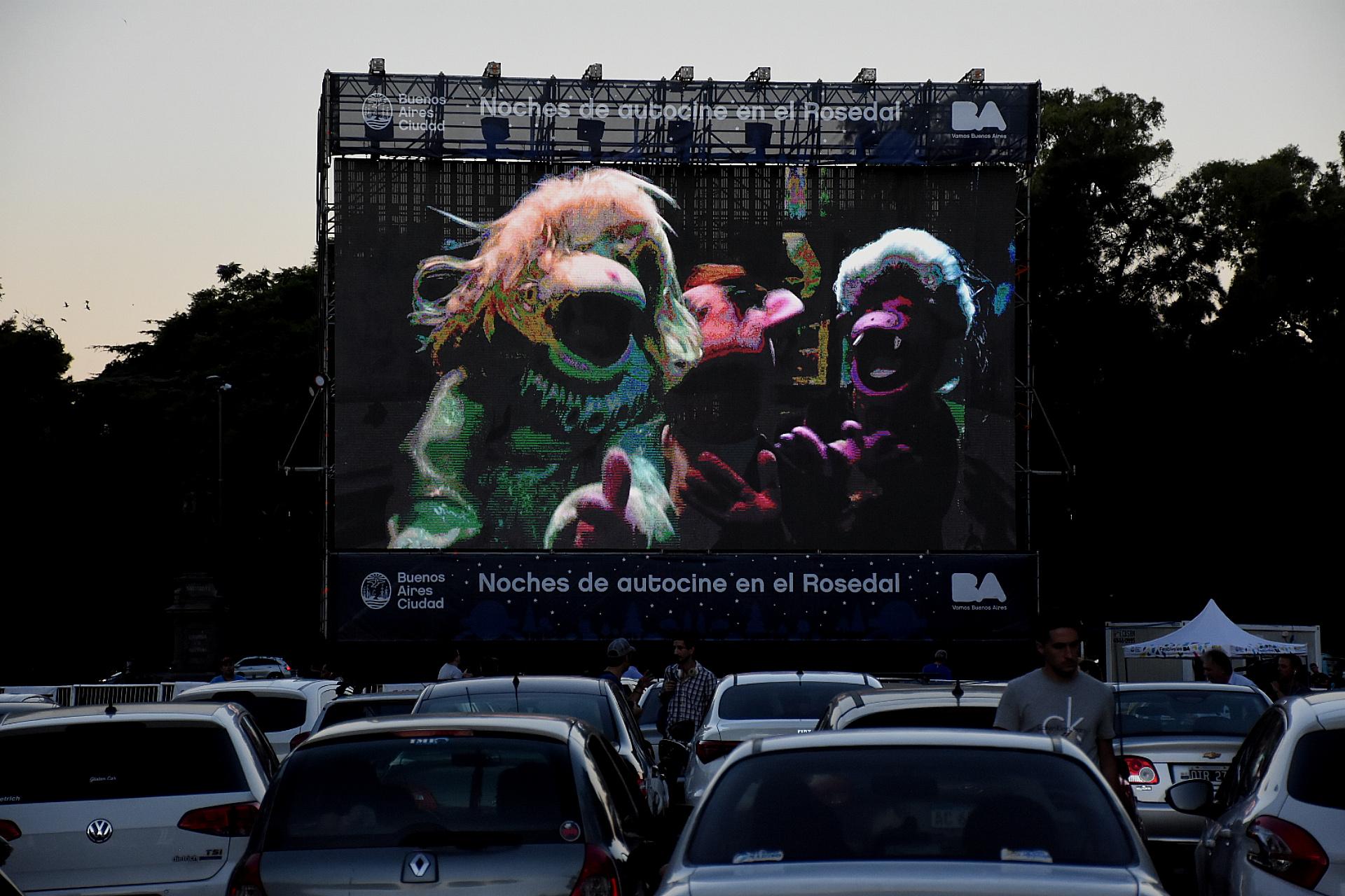 Cada noche se proyectará un filme diferente, apto para todo público, en una pantalla gigante de formato cinematográfico 16:9