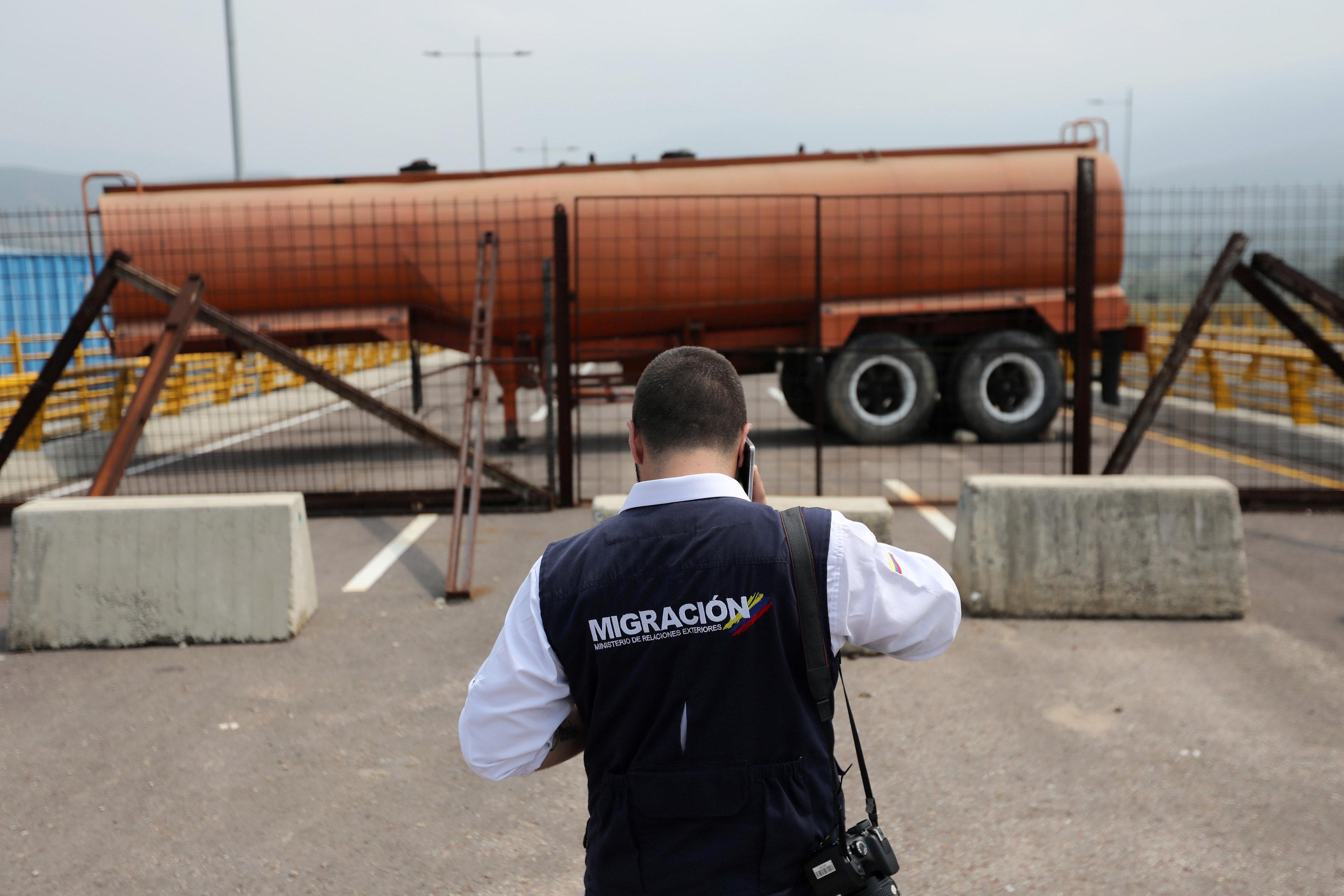 Un tanque bloquea el paso en la frontera entre Colombia y Venezuela, en Cucuta. Por allí deberían pasar los suministros de la ayuda humanitaria (REUTERS/Luisa Gonzalez)