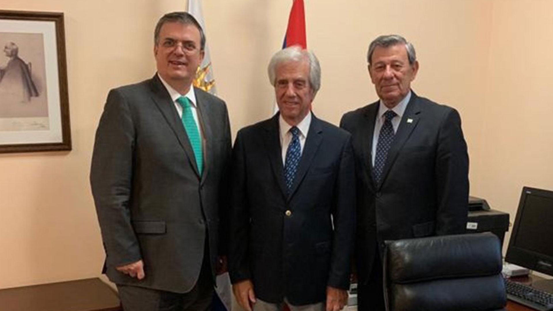 Tabaré Vázquez con los cancilleres de México, Marcelo Ebrad; y Uruguay, Rodolfo Nin Novoa