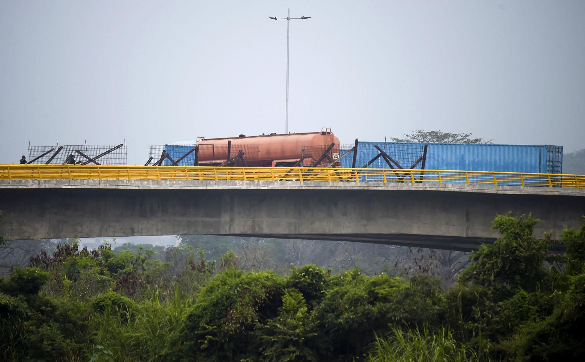 Maduro ha rechazado la ayuda afirmando que no existe una situación de emergencia en Venezuela. Sostiene además que la iniciativa de los legisladores opositores de admitir ayuda internacional va contra las leyes y la constitución