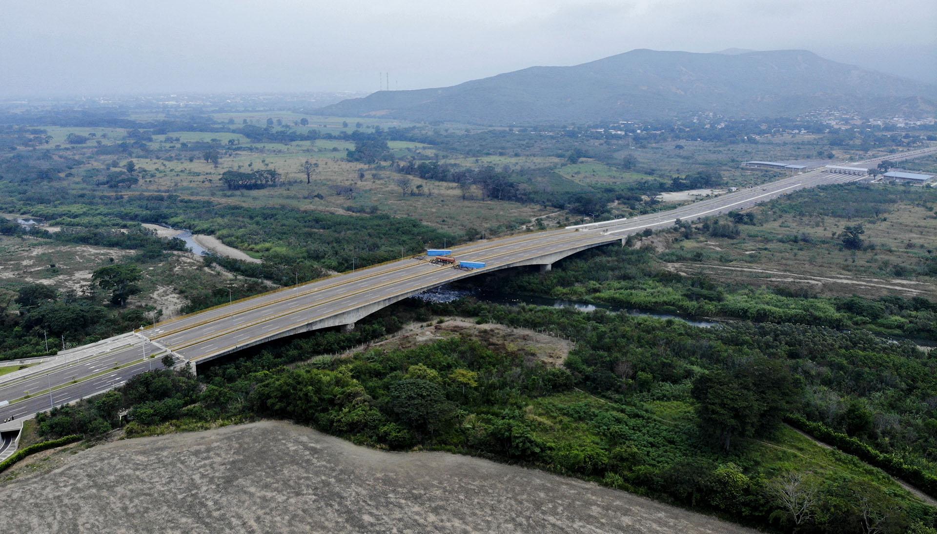 El puente de Tienditas aún no ha sido inaugurado. Iba a estrenarse en 2016, pero el cierre temporal de la frontera común de 2.200 kilómetros -ordenado por el gobierno de Maduro a finales de 2015 y levantado meses después- retrasó su apertura. Por ello, no hay tránsito peatonal ni vehicular en la zona