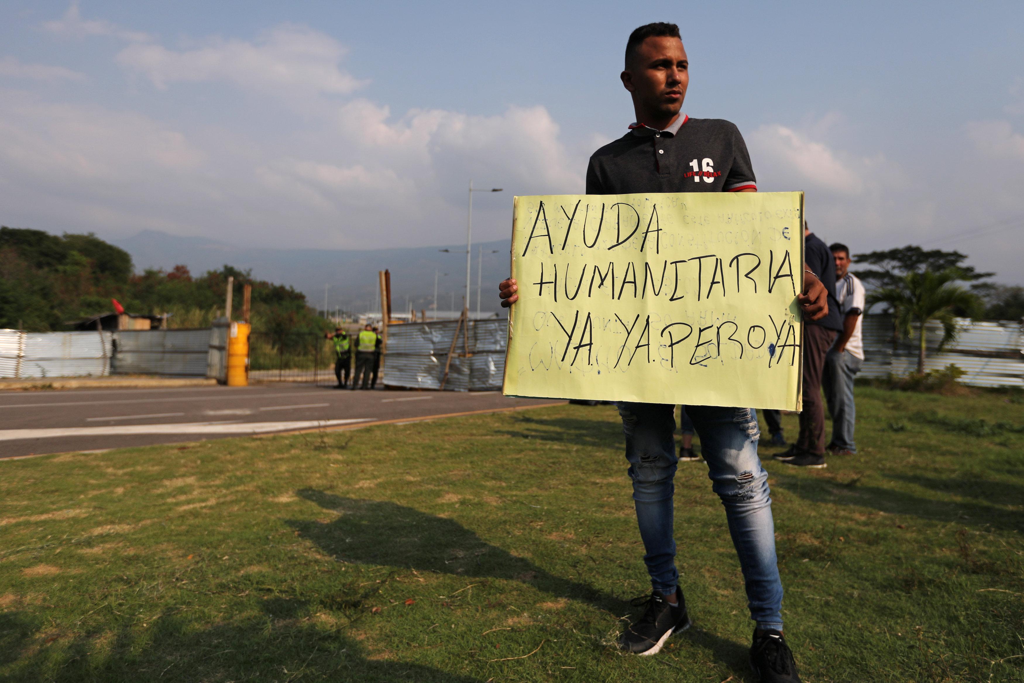 En las cercanías de Tienditas el movimiento se mantiene como todos los días, salvo por unos curiosos y otros manifestantes. Algunos de ellos son venezolanos que viven en Cúcuta y buscan que se les entregue la ayuda humanitaria, ante lo cual el Gobierno colombiano ha recalcado que no deben permanecer en el lugar porque la asistencia está dirigida a quienes están del otro lado de la línea limítrofe
