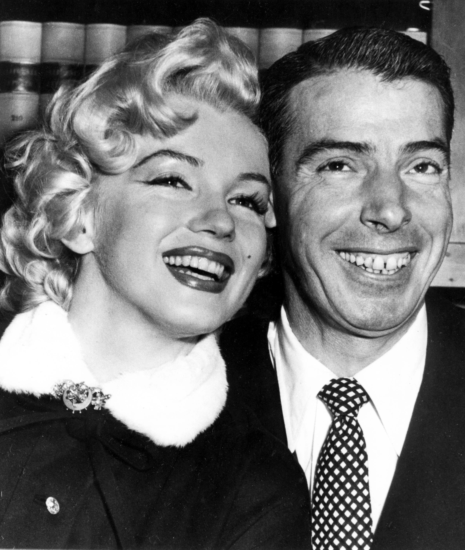 En esta foto del 14 de enero de 1954, la actriz Marilyn Monroe y el astro de los Yanquis de Nueva York Joe DiMaggio posan previo a la ceremonia de su boda en San Francisco. (AP Foto, Archivo)