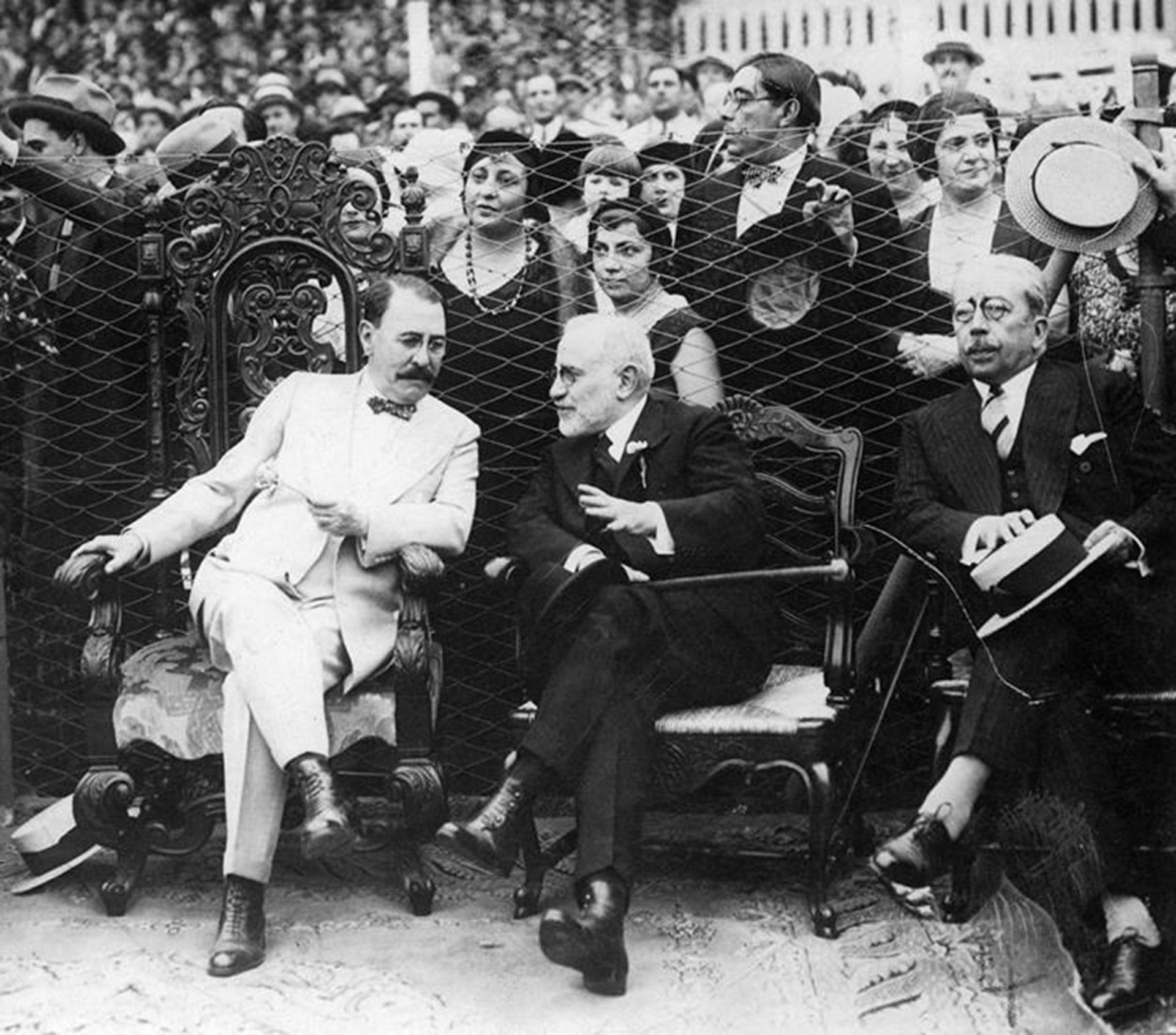 Uriburu y Lisandro de la Torre con Lugones en la cancha de Newll's Old Boys frente a Union. en 1931