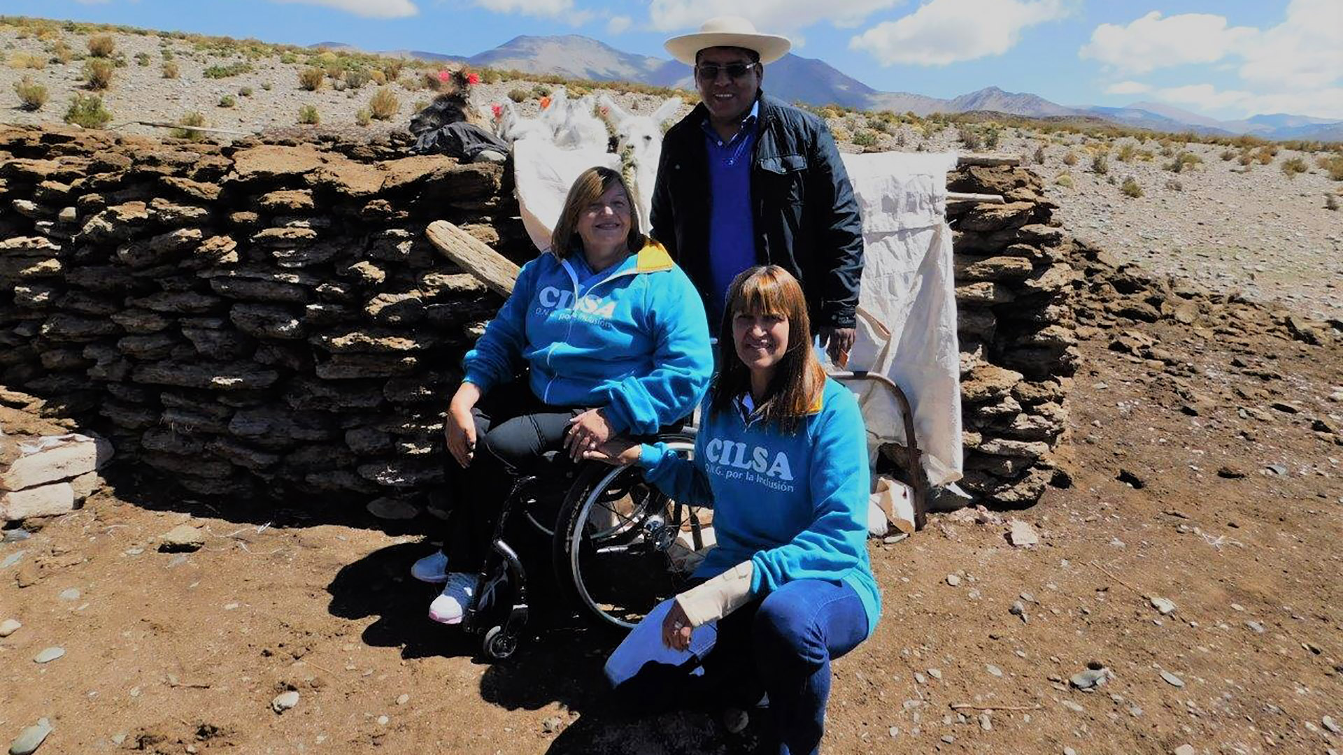 Silvia Carranza en su labor diaria entrega sillas de ruedas gratuitas